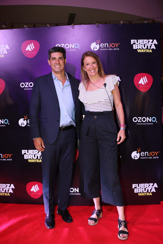 Javier Azcurra y Angie Arbesú, tour manager de Fuerza Bruta