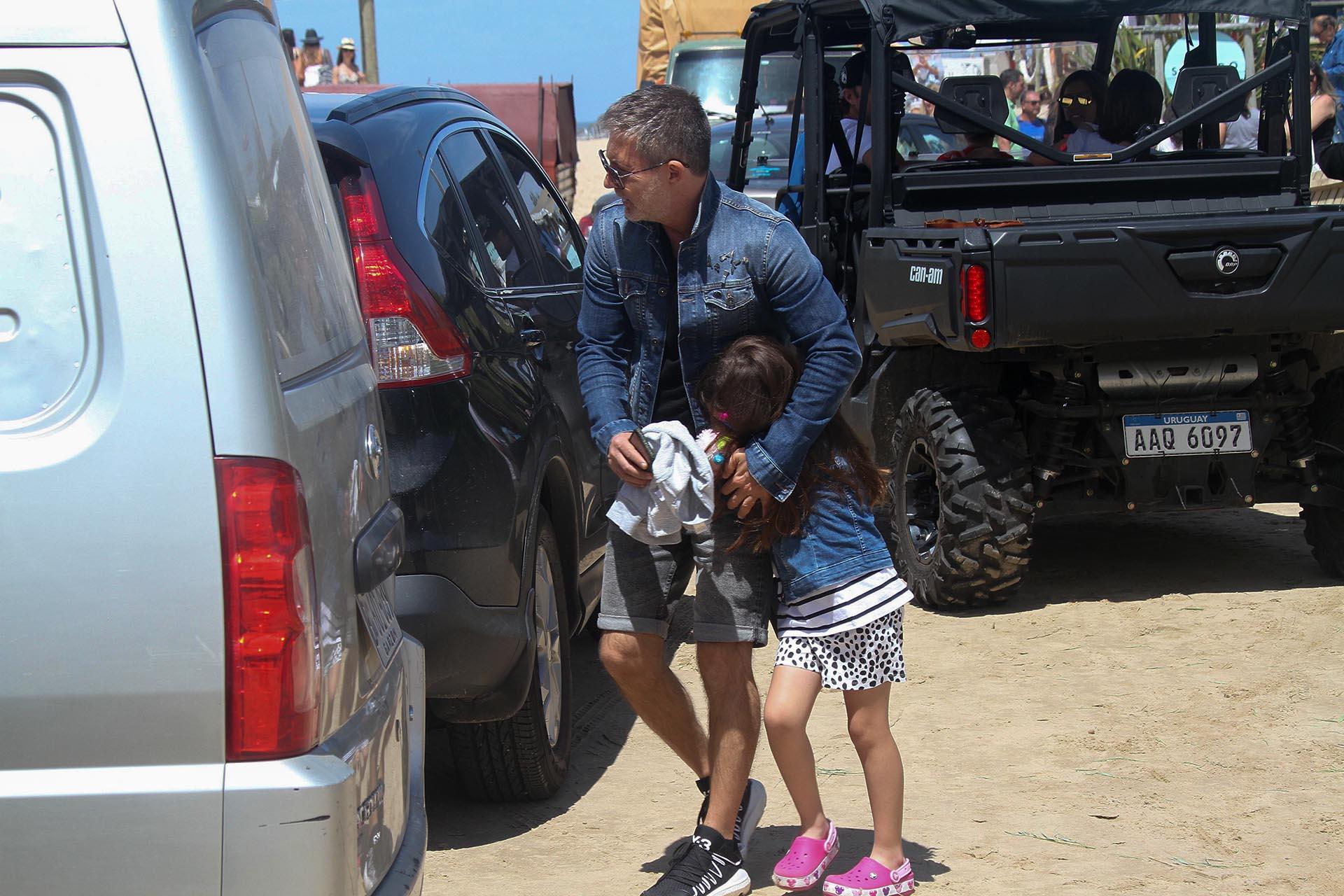En esta caminata, Margarita se tapó la cara al divisar al fotógrafo de Teleshow, ya que no le gusta salir en las fotos de los medios. La misma situación ya había pasado en estos días, cuando Griselda Siciliani, la mamá de la nena de seis años, pidió que la pequeña Kirzner no sea fotografiada