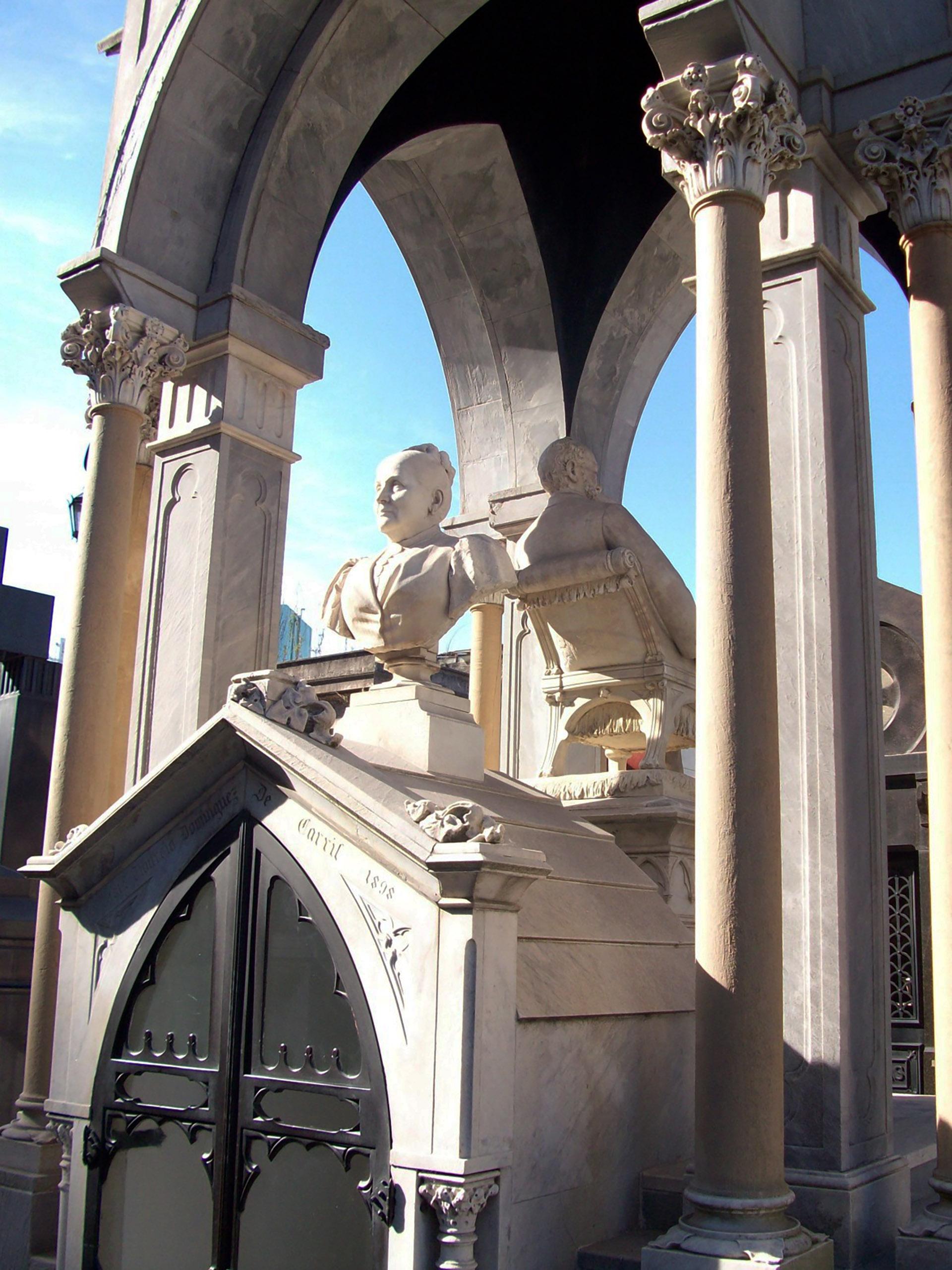 El mausoleo en el cementerio de la Recoleta con Del Carril y Tiburcia dándose la espalda por toda la eternidad