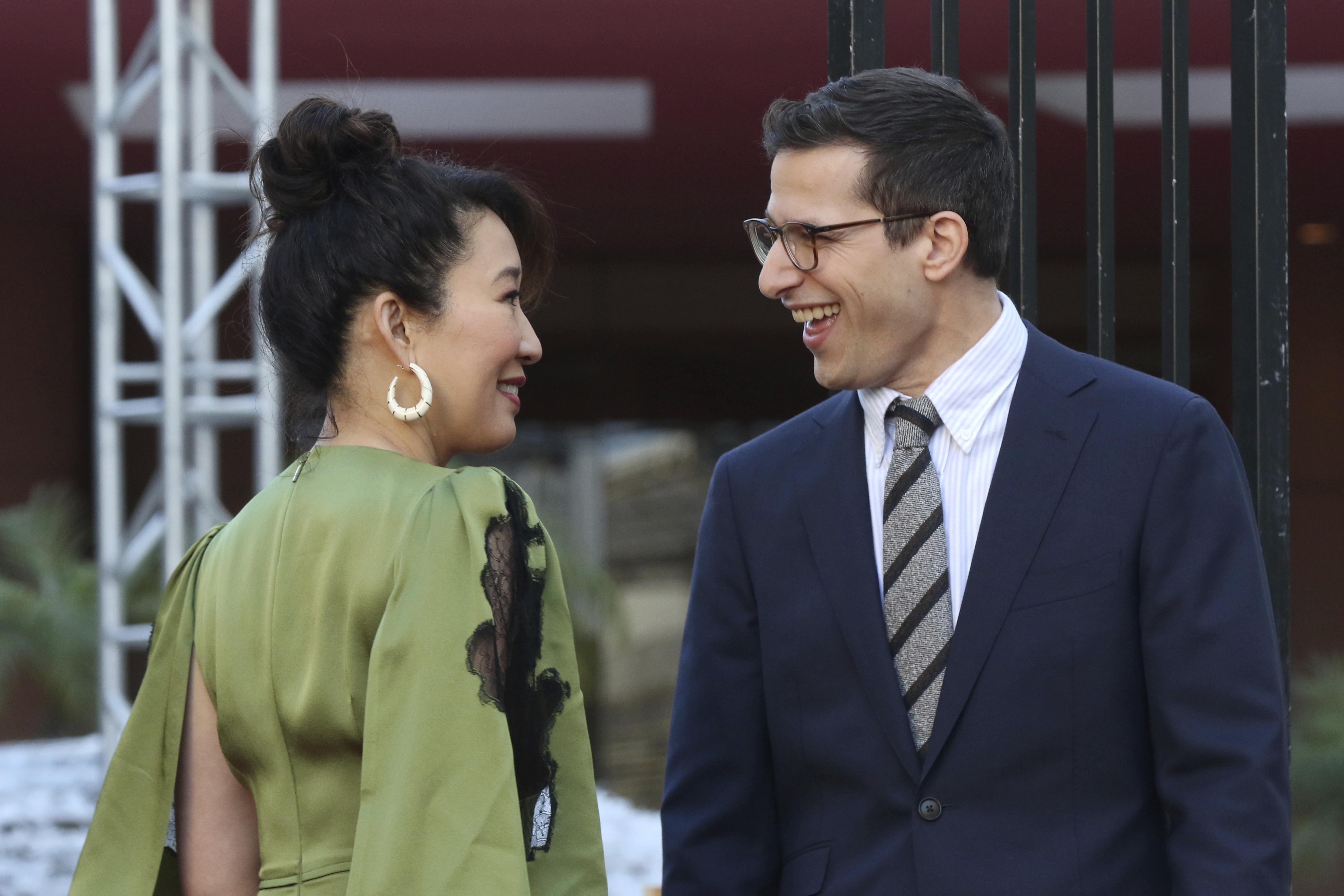 Sandra Oh, izquierda, y Andy Samberg sonríen tras desenrrollar la alfombra roja de la 76a entrega anual de los Globos de Oro en el The Beverly Hilton el jueves 3 de enero de 2019 en Beverly Hills, California. (Foto Willy Sanjuan/Invision/AP)