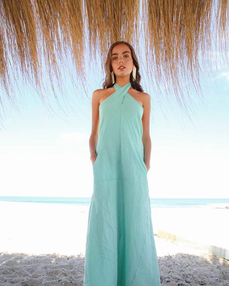 Vestidos de lino en tono aquamarina parte de la última coleccón
