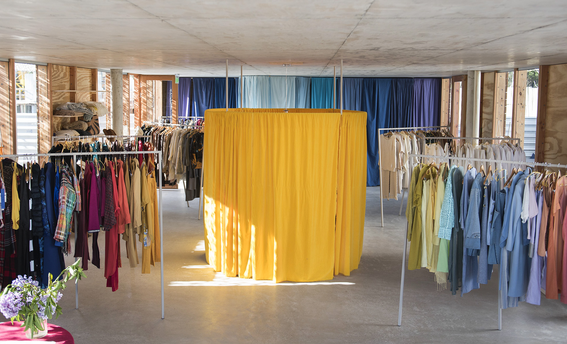 """Panorama con su probador de """"sol"""" en el centro ilumina la colección de los distintos diseñadores"""
