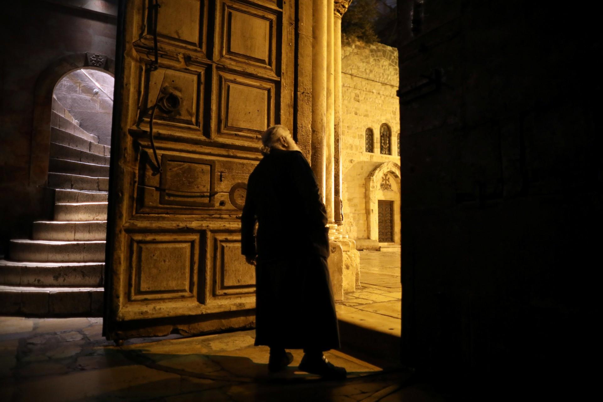 Un miembro del clero cristiano ortodoxo se encuentra en la puerta de entrada de la Iglesia del Santo Sepulcro en la Ciudad Vieja de Jerusalén, el 17 de noviembre de 2018.