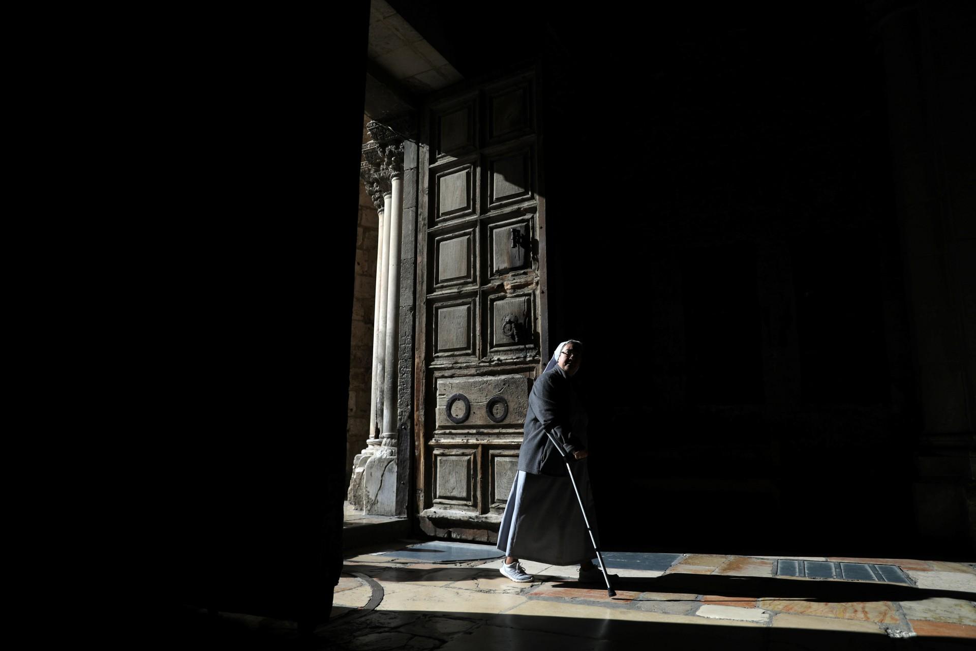 Una monja entra a la Iglesia del Santo Sepulcro en la ciudad vieja de Jerusalén, el 11 de diciembre de 2018.
