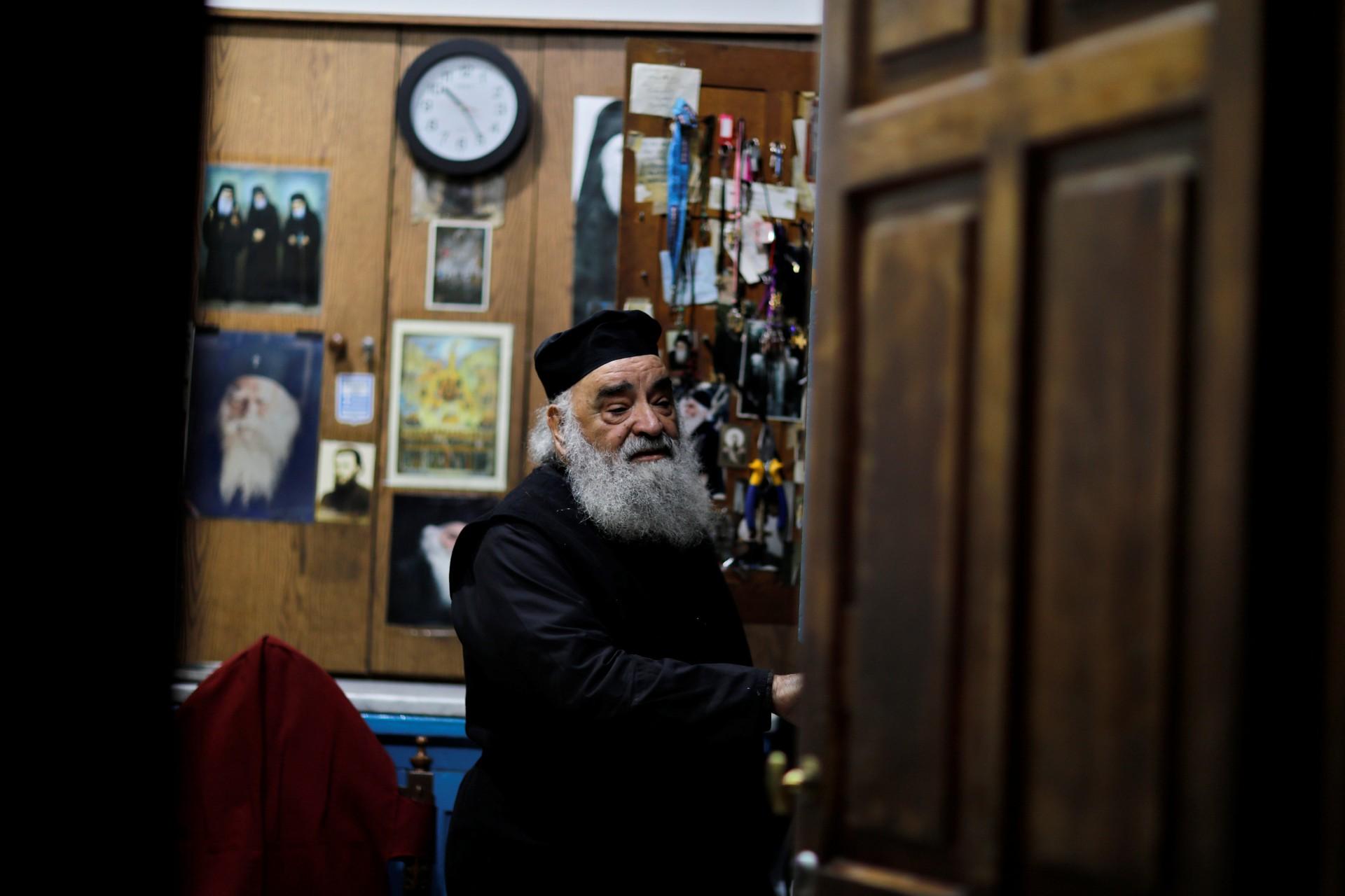 Un miembro del clero cristiano ortodoxo se encuentra en una oficina dentro de la Iglesia del Santo Sepulcro en la Ciudad Vieja de Jerusalén, 17 de noviembre de 2018.