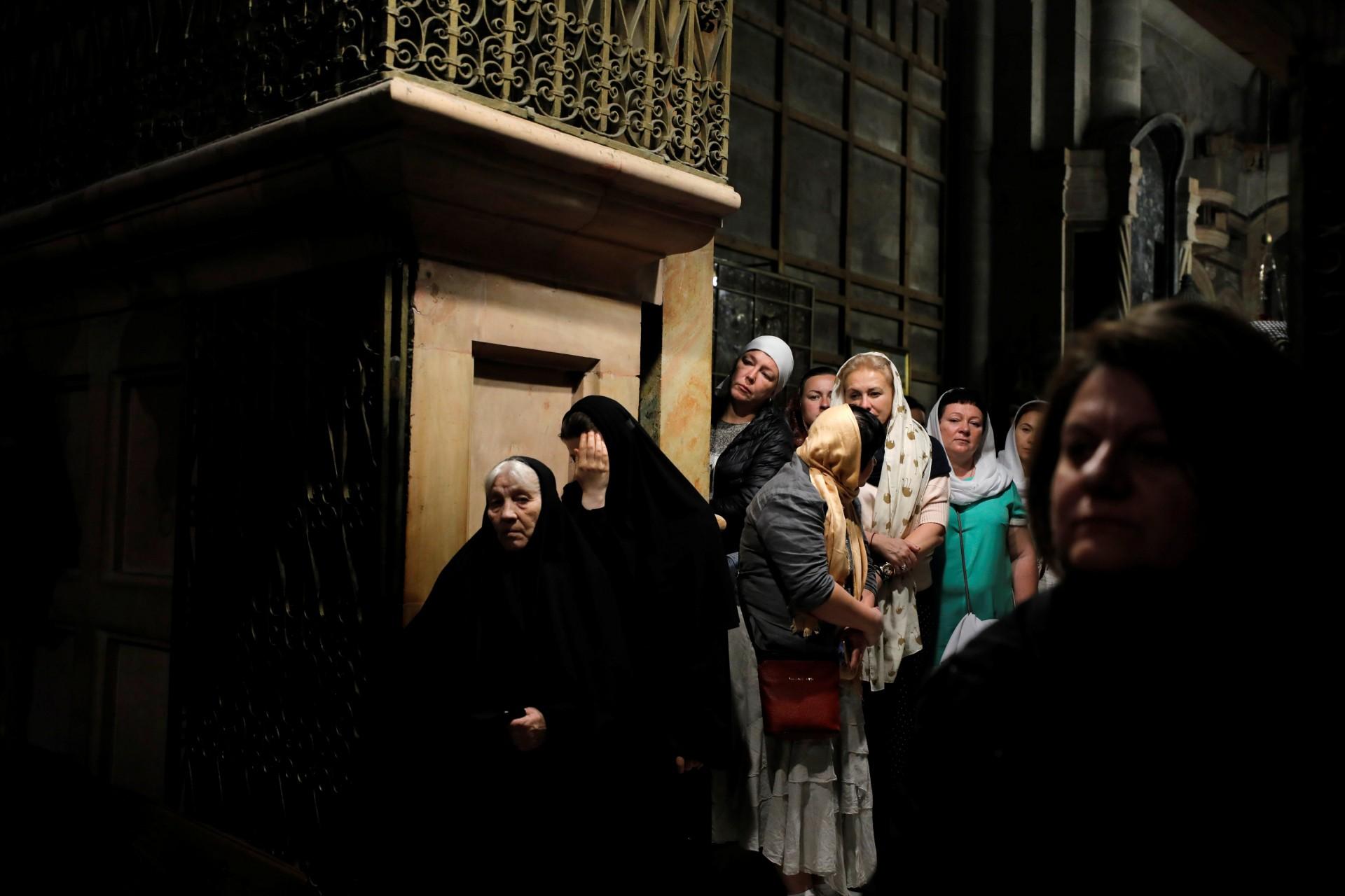 Los adoradores visitan la Iglesia del Santo Sepulcro en la Ciudad Vieja de Jerusalén, el 18 de noviembre de 2018.