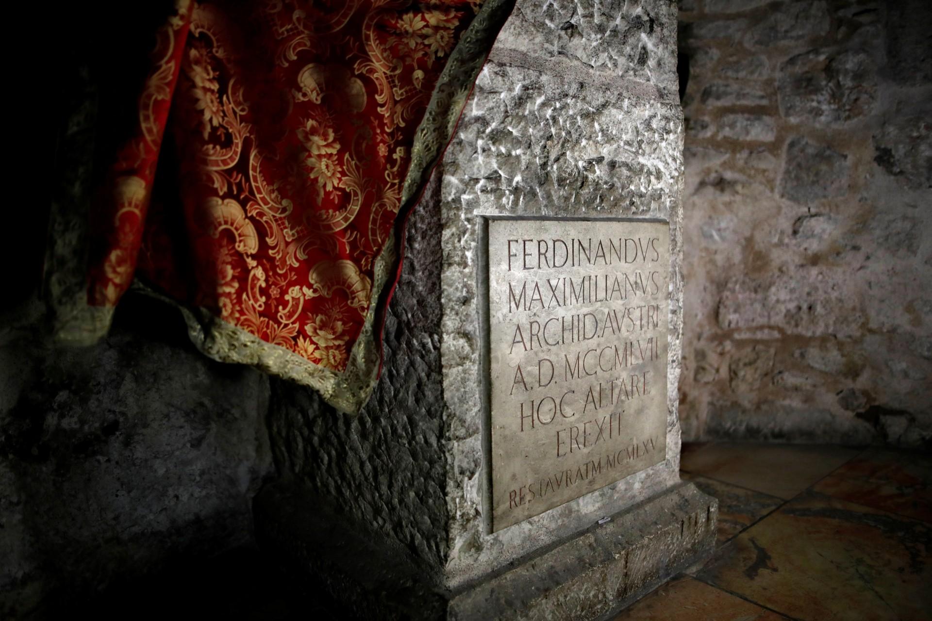 Una placa grabada se ve en la Iglesia del Santo Sepulcro en la Ciudad Vieja de Jerusalén, el 27 de marzo de 2018.