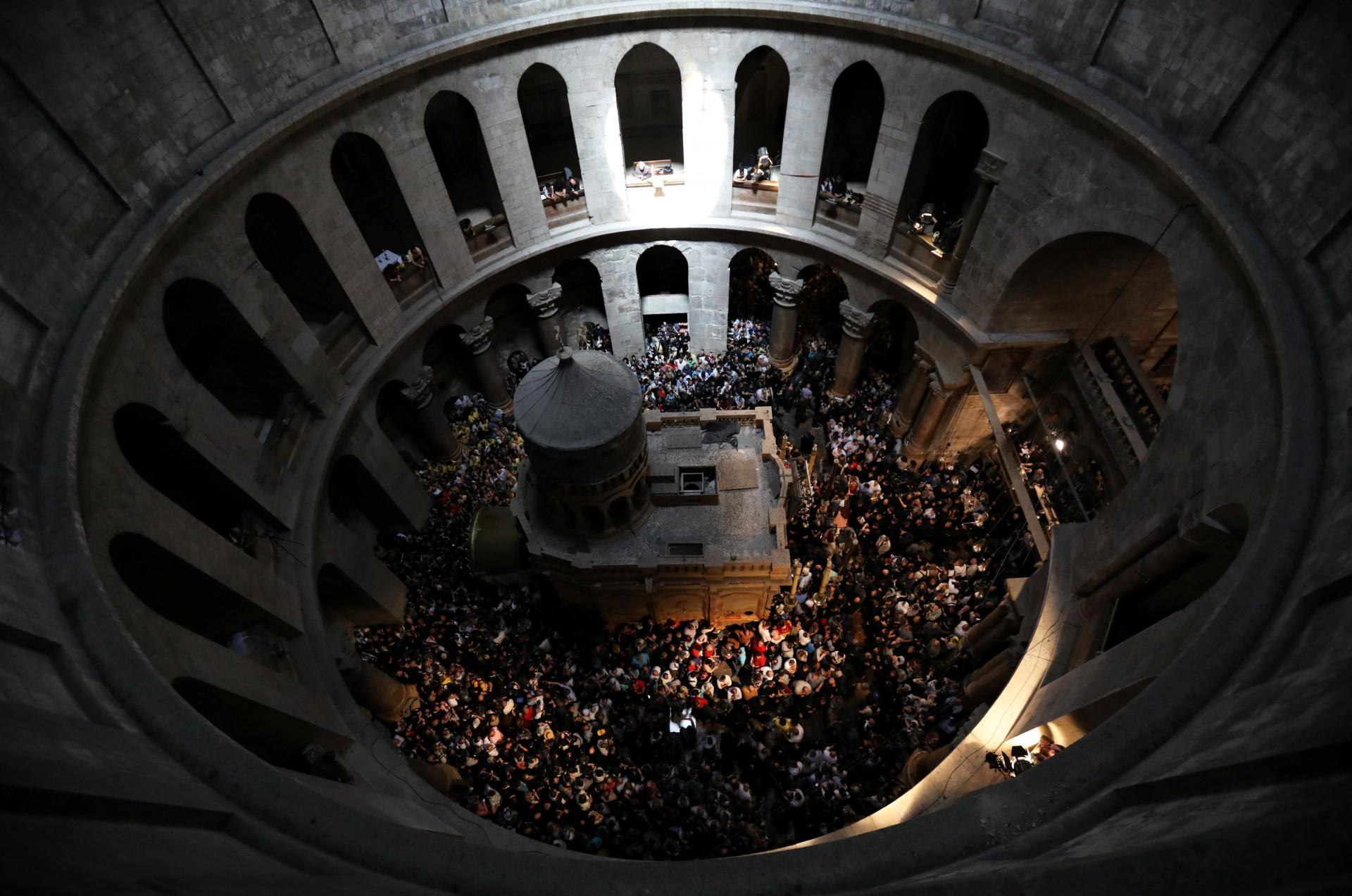Los fieles cristianos de las denominaciones ortodoxas celebran la ceremonia del Fuego Sagrado en la Iglesia del Santo Sepulcro en la Ciudad Vieja de Jerusalén, el 7 de abril de 2018.