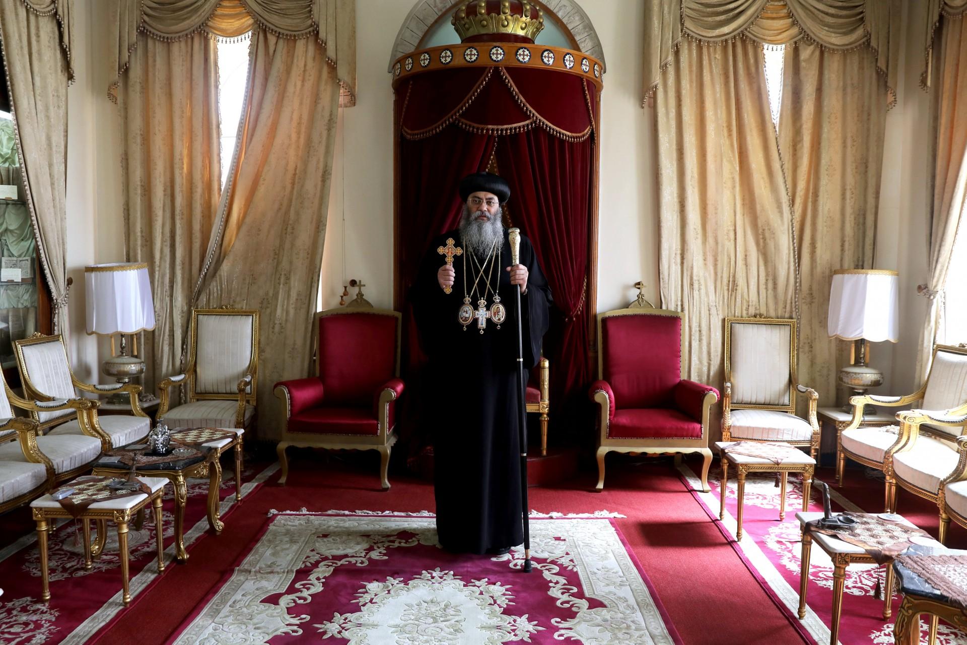 Su Eminencia el Arzobispo Dr. Anba Antonius, Copto Ortodoxo Metropolitano de Jerusalén y el Cercano Oriente, posa para una fotografía en el Patriarcado Ortodoxo Copto en la Ciudad Vieja de Jerusalén, 15 de marzo de 2018.