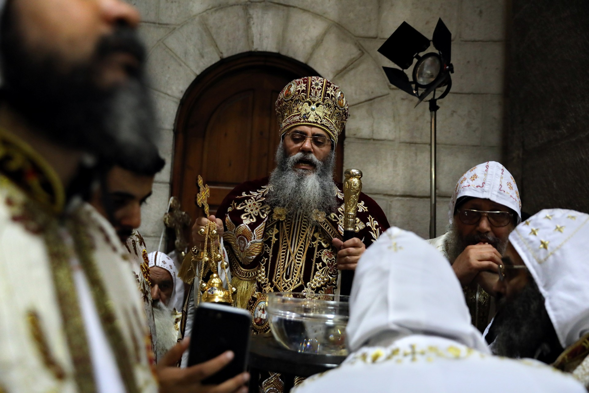 Su Eminencia el Arzobispo Anba Antonios, Copto Ortodoxo Metropolitano de Jerusalén y el Cercano Oriente, participa en una procesión del Domingo de Ramos en la Iglesia del Santo Sepulcro en la Ciudad Vieja de Jerusalén, 1 de abril de 2018.