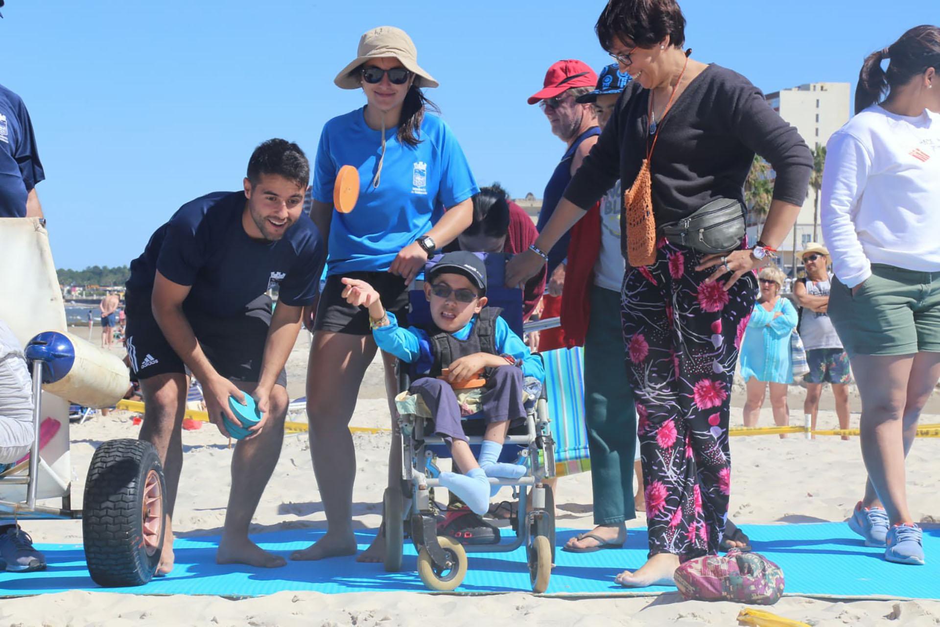 Viviana mira jugar a su hijo Juan Francisco, en la inauguración formal de la playa accesible de Piriápolis