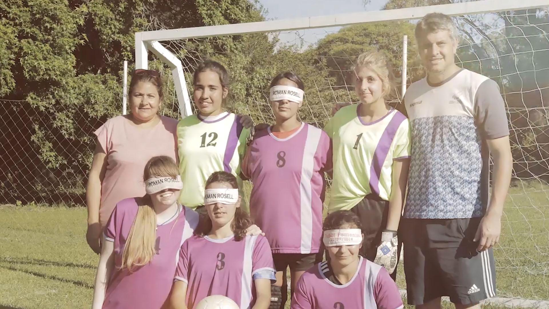 Las jugadoras con Darío Lencina, director técnico de Las Romanas y arquero de Los Murciélagos