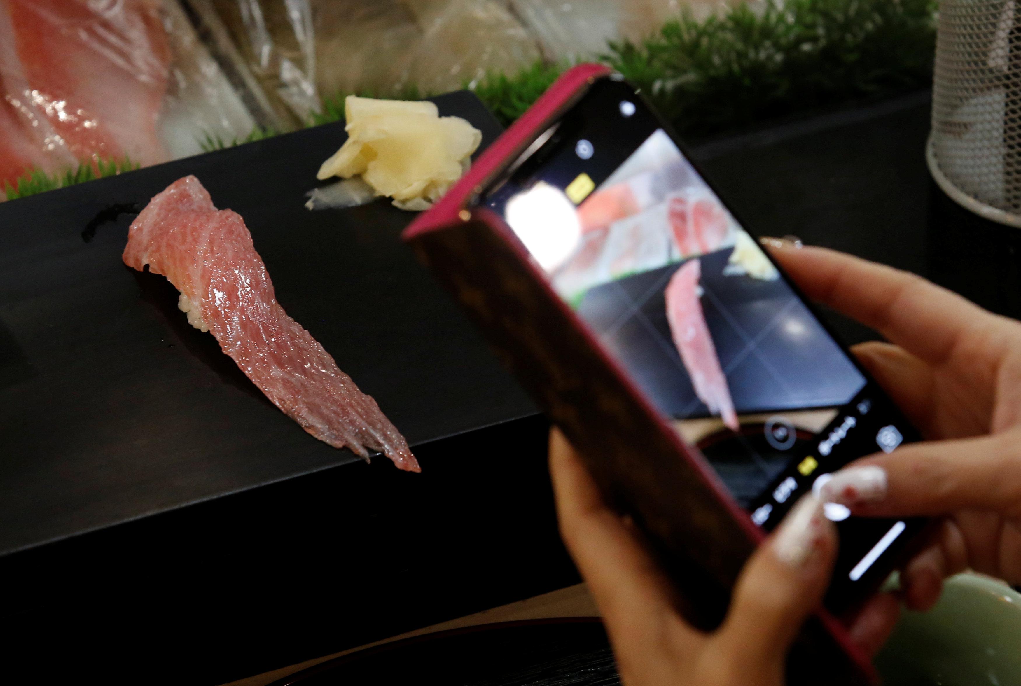 Un cliente fotografía un pedazo de atún en el restaurante Sushi Zanmai deTokyo(REUTERS/Kim Kyung-Hoon)