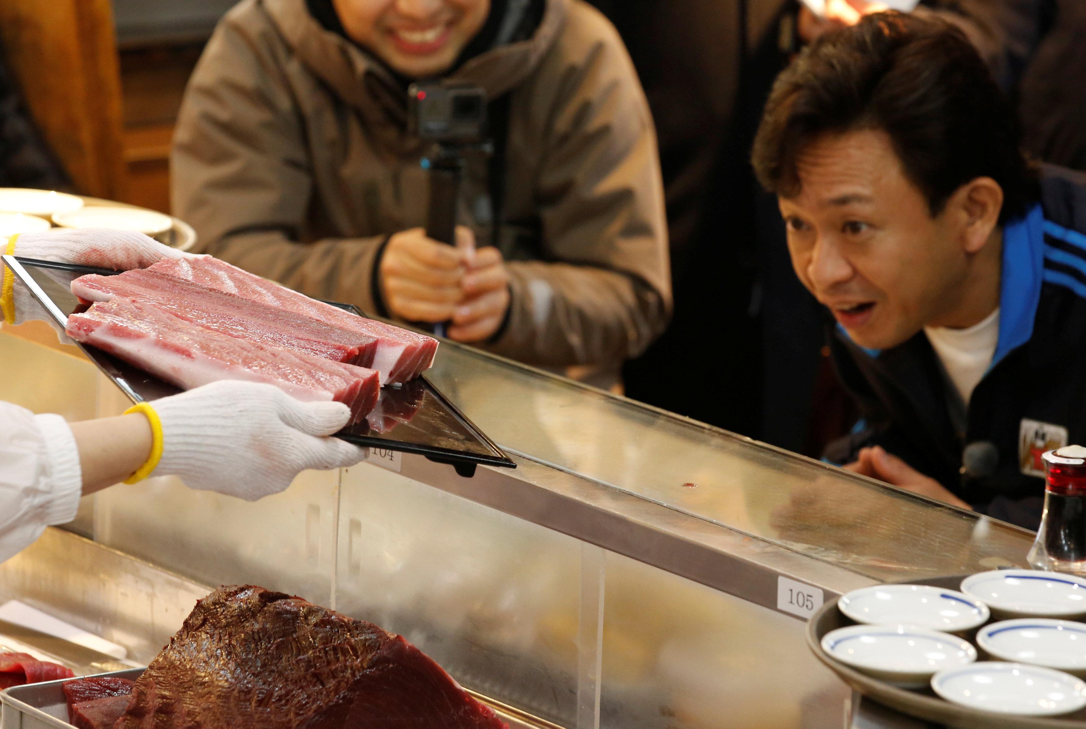 Un cliente observa un pedazo del atún vendido a un precio récord en el restauranteSushi Zanmai de Tokyo(REUTERS/Kim Kyung-Hoon)