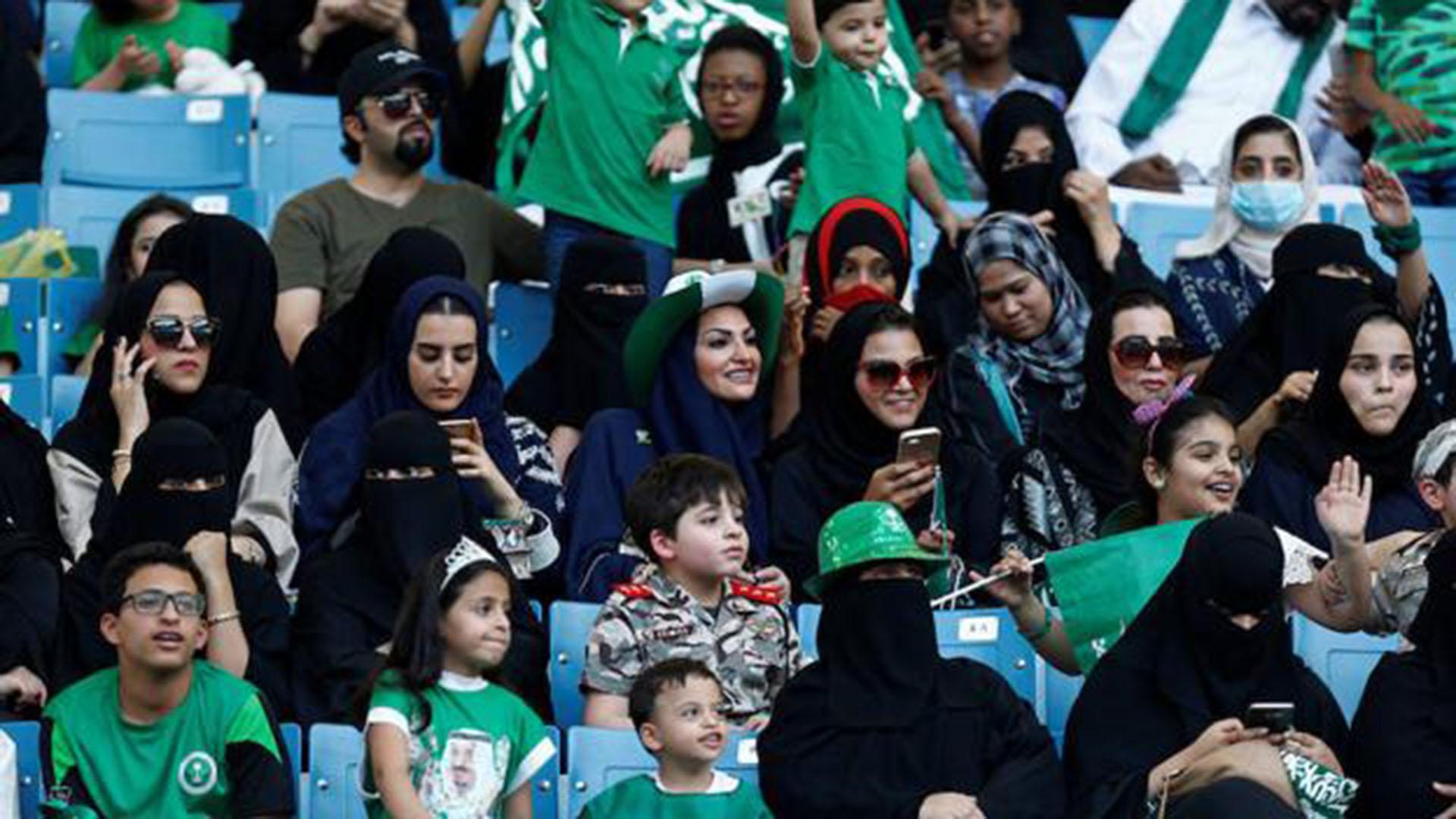 (Reuters) Polémica por el ingreso de las mujeres al estadio