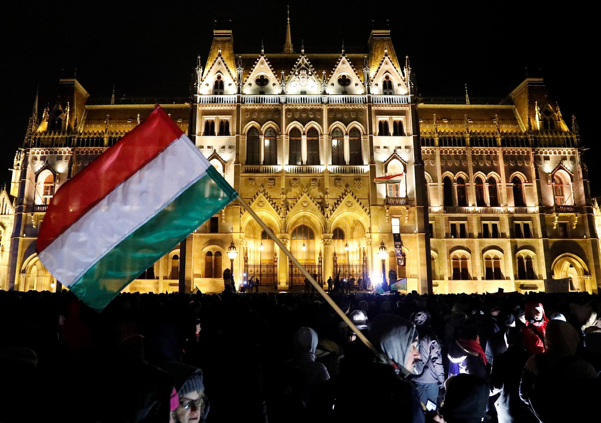Manifestación ante el parlamento de Hungría contra la ley de horas extras (Reuters)