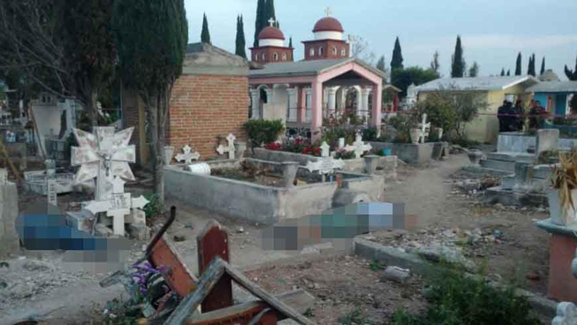 """Las víctimas del ataque quedaron tendidas alrededor de la tumba donde """"celebraban"""" el cumpleaños de un muerto. (Foto: Especial)"""