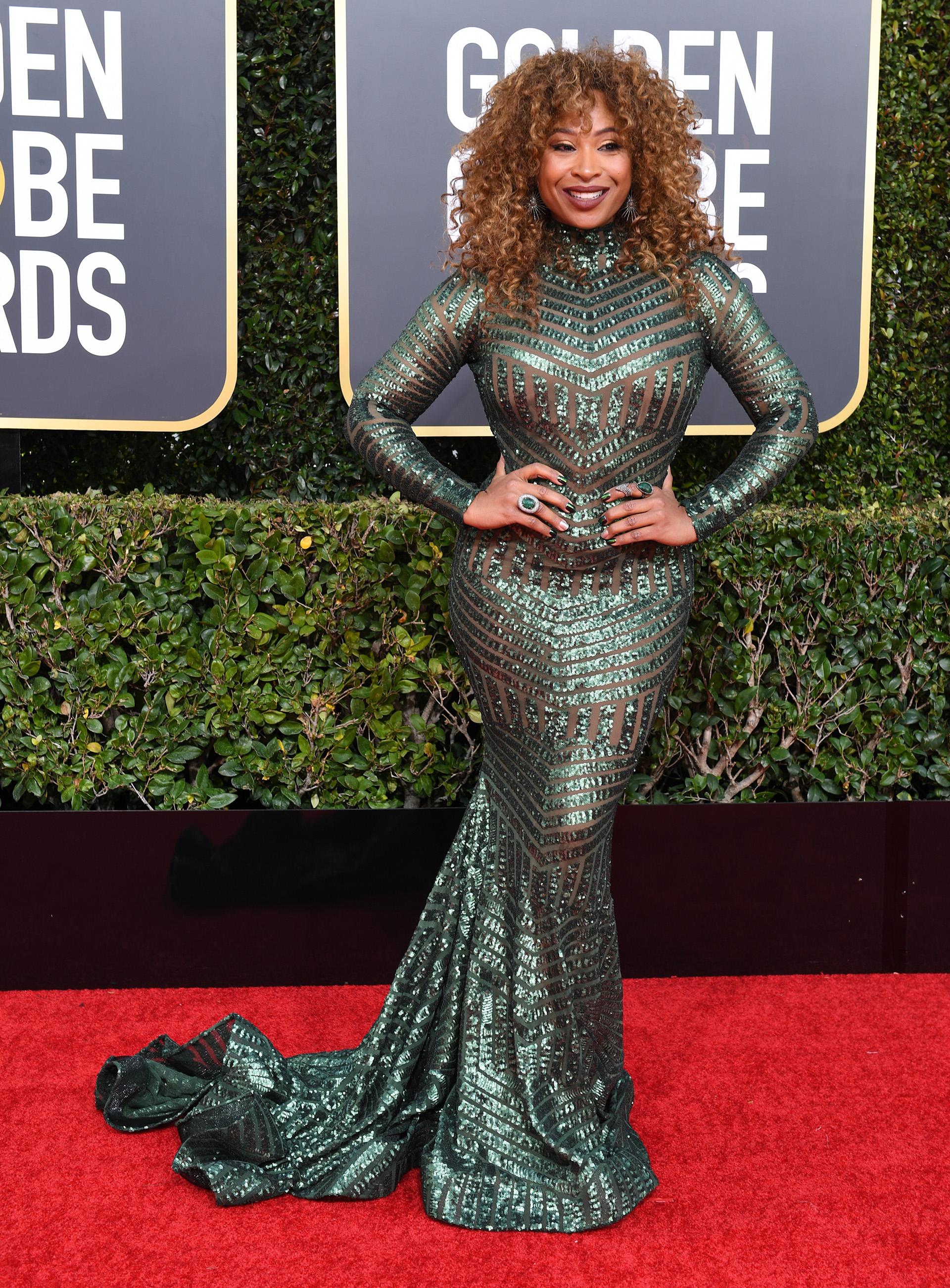 Tanika Ray, la presentadora optó por un diseño sirena de pailletes en color verde esmeralda contransparencias. Completó su look con dos anillos de piedras preciosas