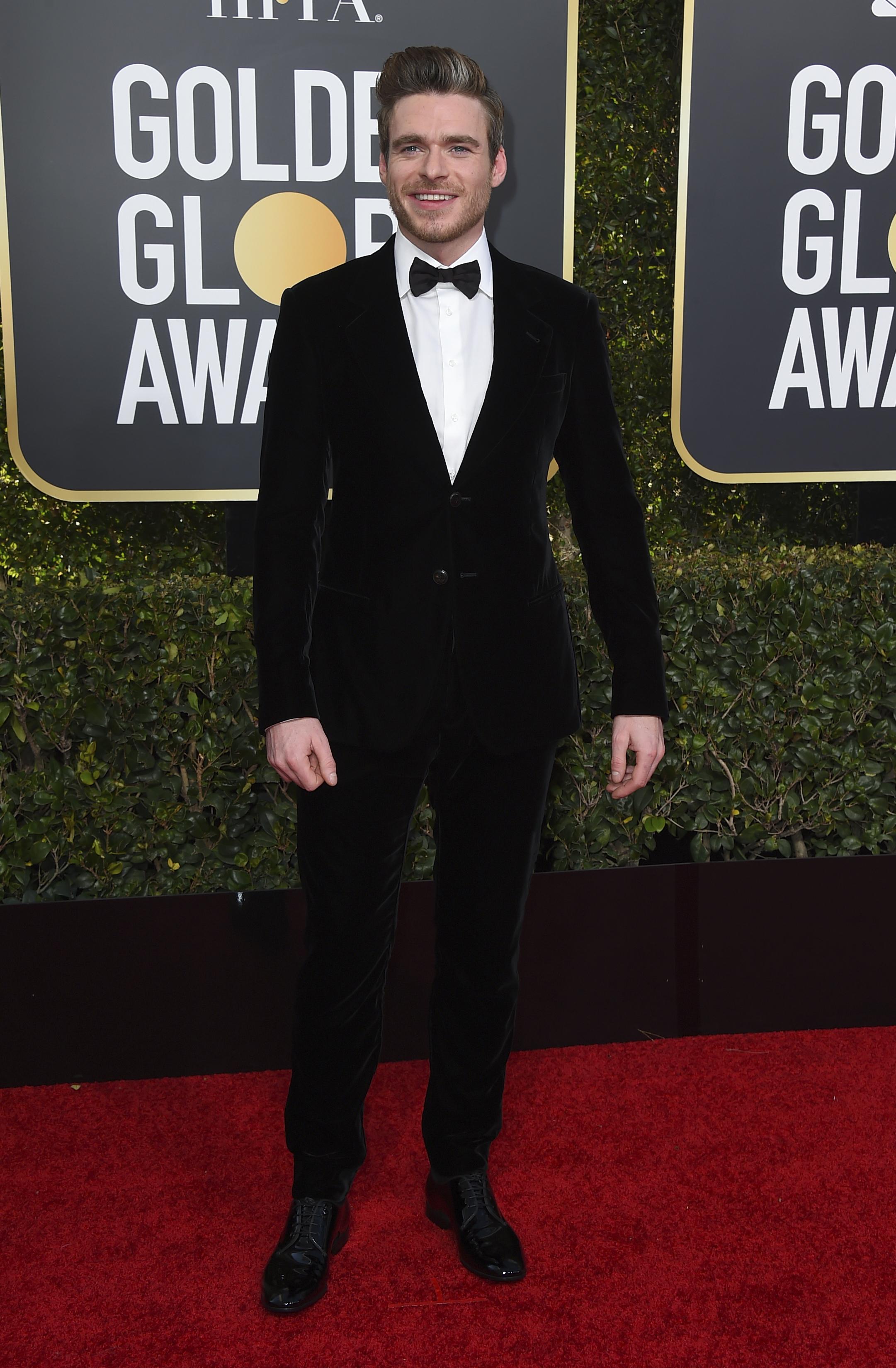 Richard Madden eligió para la ceremonia un black tie de chiffón con camisa blanca y moño negro. Completó el look con zapatos de charol