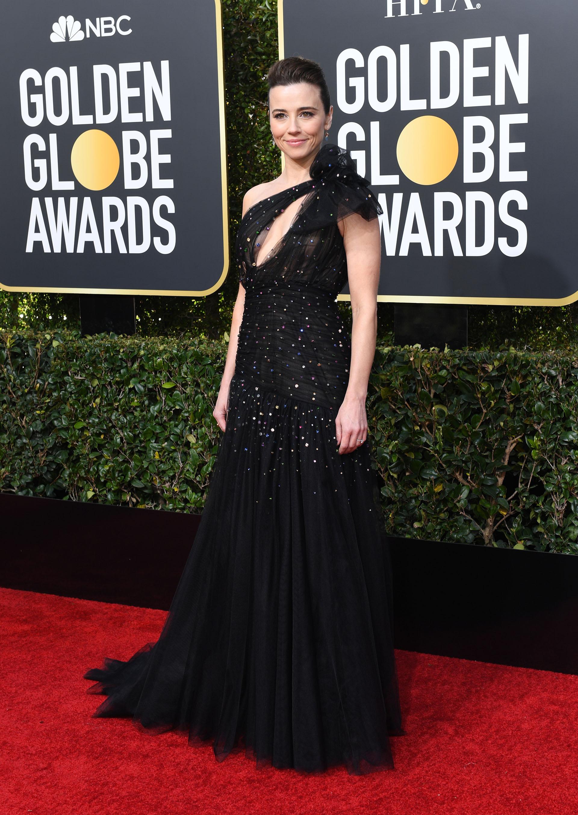 La actriz Linda Cardellini apostó al color negro de tul. Drapeado y con destellos de brillantes. ¿El detalle? Un moño de tul en el hombro