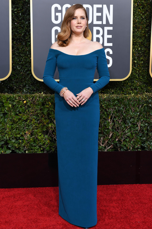 Nominada como mejor actriz, Amy Adams otra vez más deslumbró con su outfit. Un diseño off shoulders al cuerpo en color petróleo. Completó, con thiny rings, pulsera de brillantes