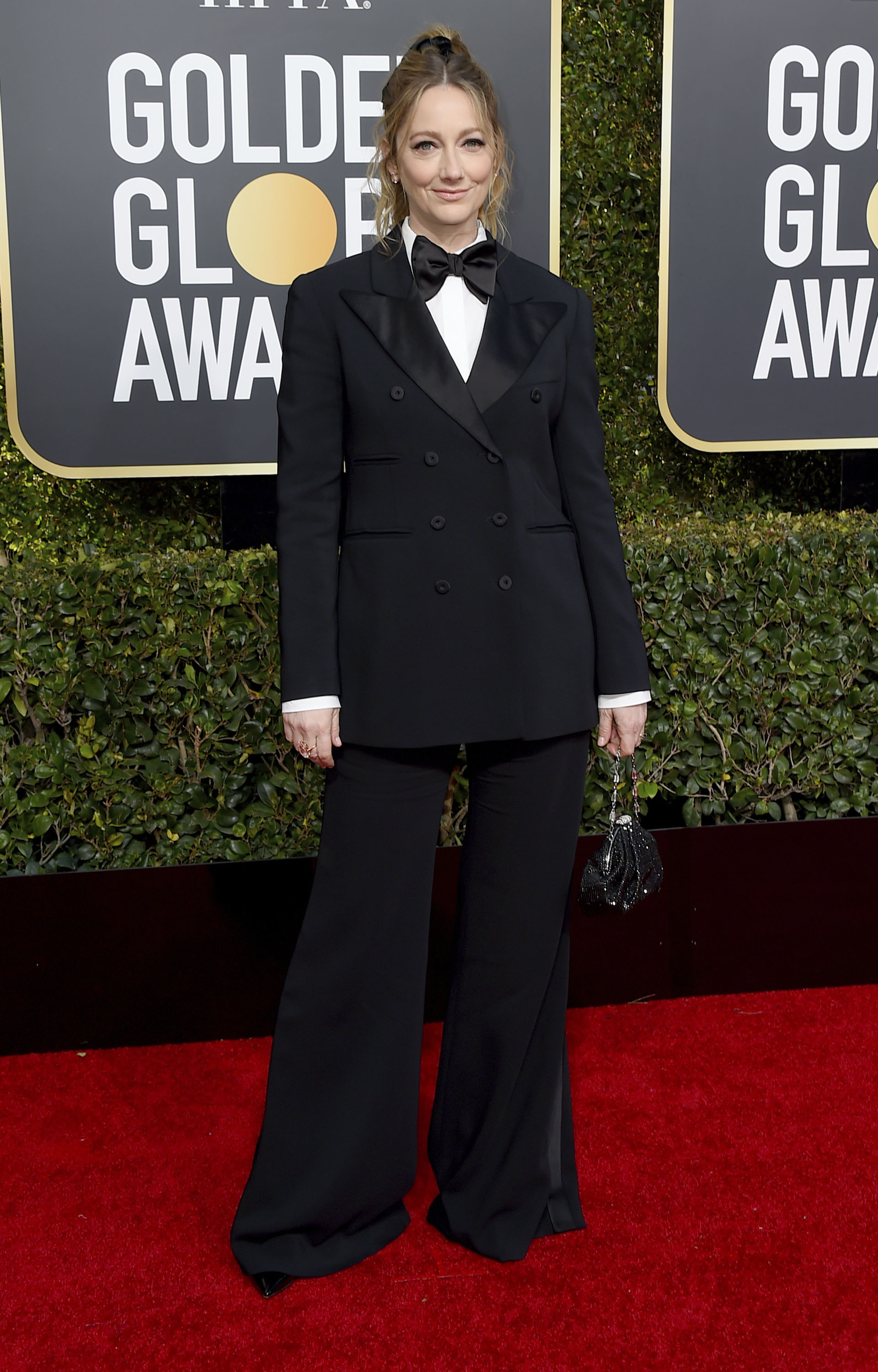 Judy Greer apostó al esmoquin masculino. Sorprendió a todos en la red carpet al usar el tradicional traje con moño, saco y pantalón oxford