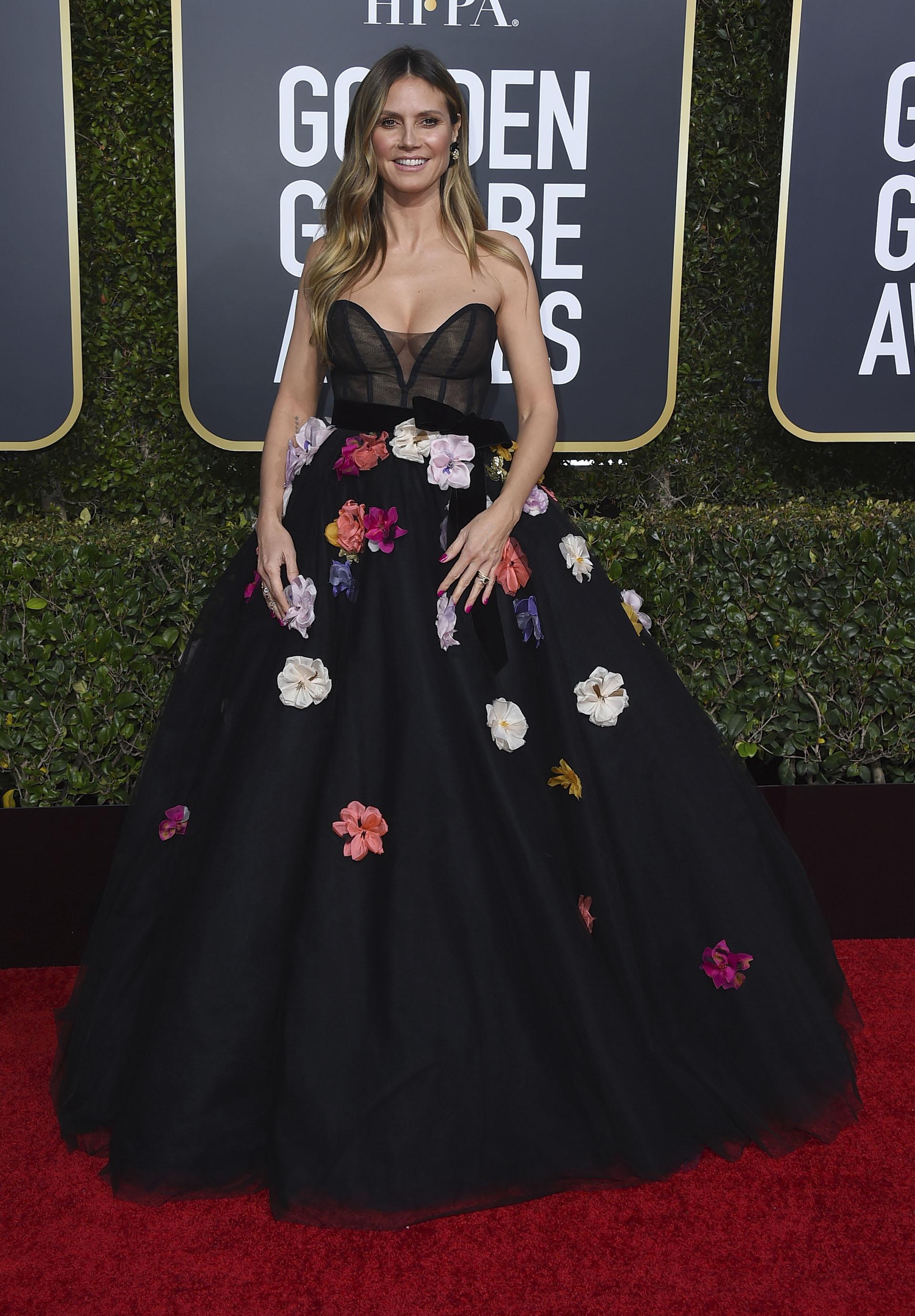 Heidi Klum, con su voluptuoso vestido princesa strapless con escote corazón. El diseño realizado en tules en color negro y apliques de flores multicolores de gasa y seda natural