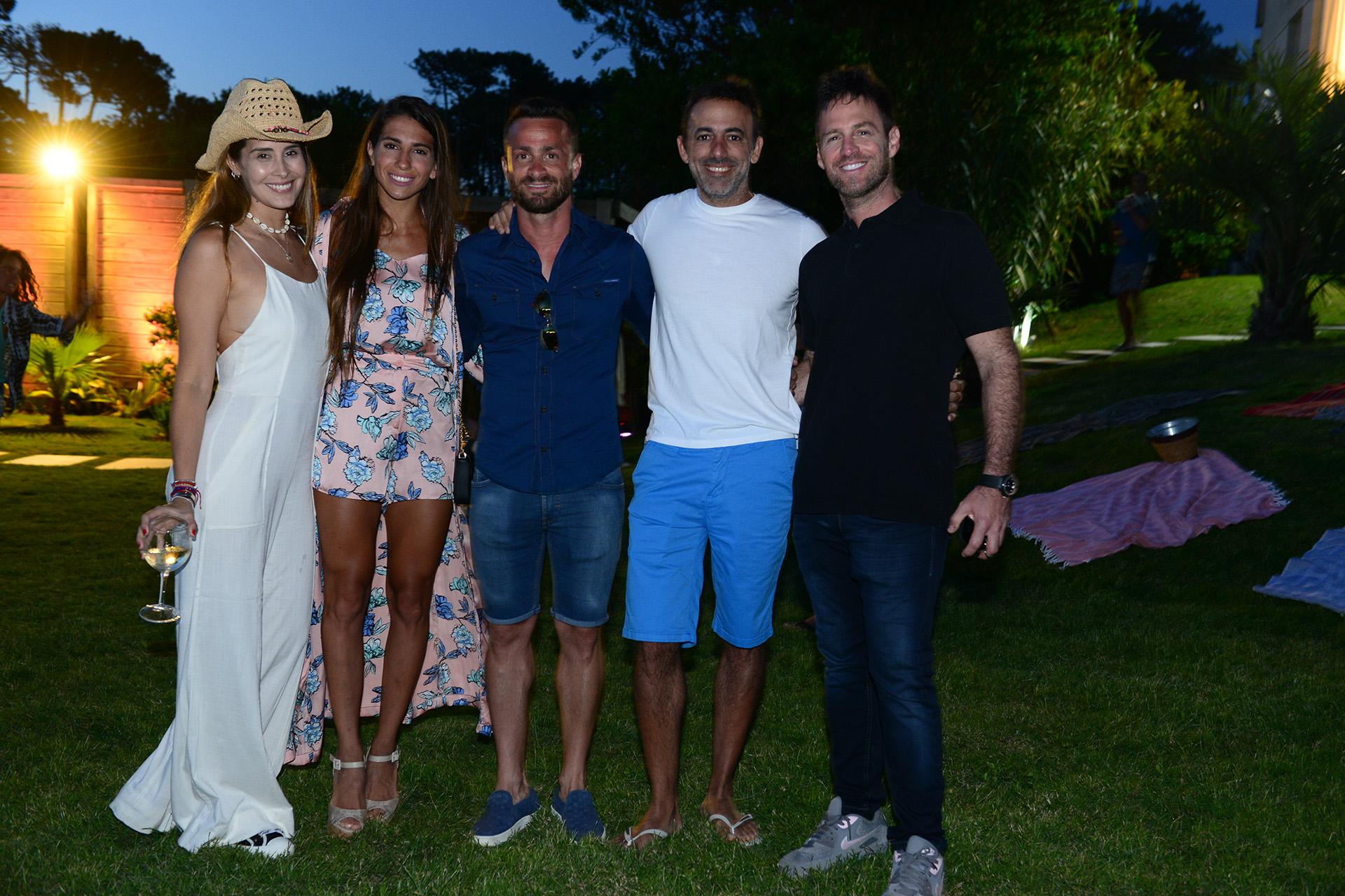 Carolina Cecconello y Maximiliano Schabsis, dueños del exclusivo hotel Casa Bikini, fueron los anfitriones de un divertido sunset en Manantiales. En la foto, reciben a Cinthia Fernández y su novio Martín Baclini