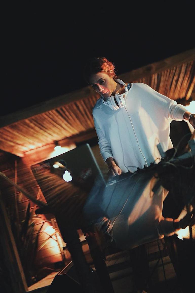 El sunset en Casa Bikini estuvo musicalizado por la actriz y DJ, Mercedes Oviedo, su novio Mauricio Waddle, y contó con el show en vivo de Joaco Terán