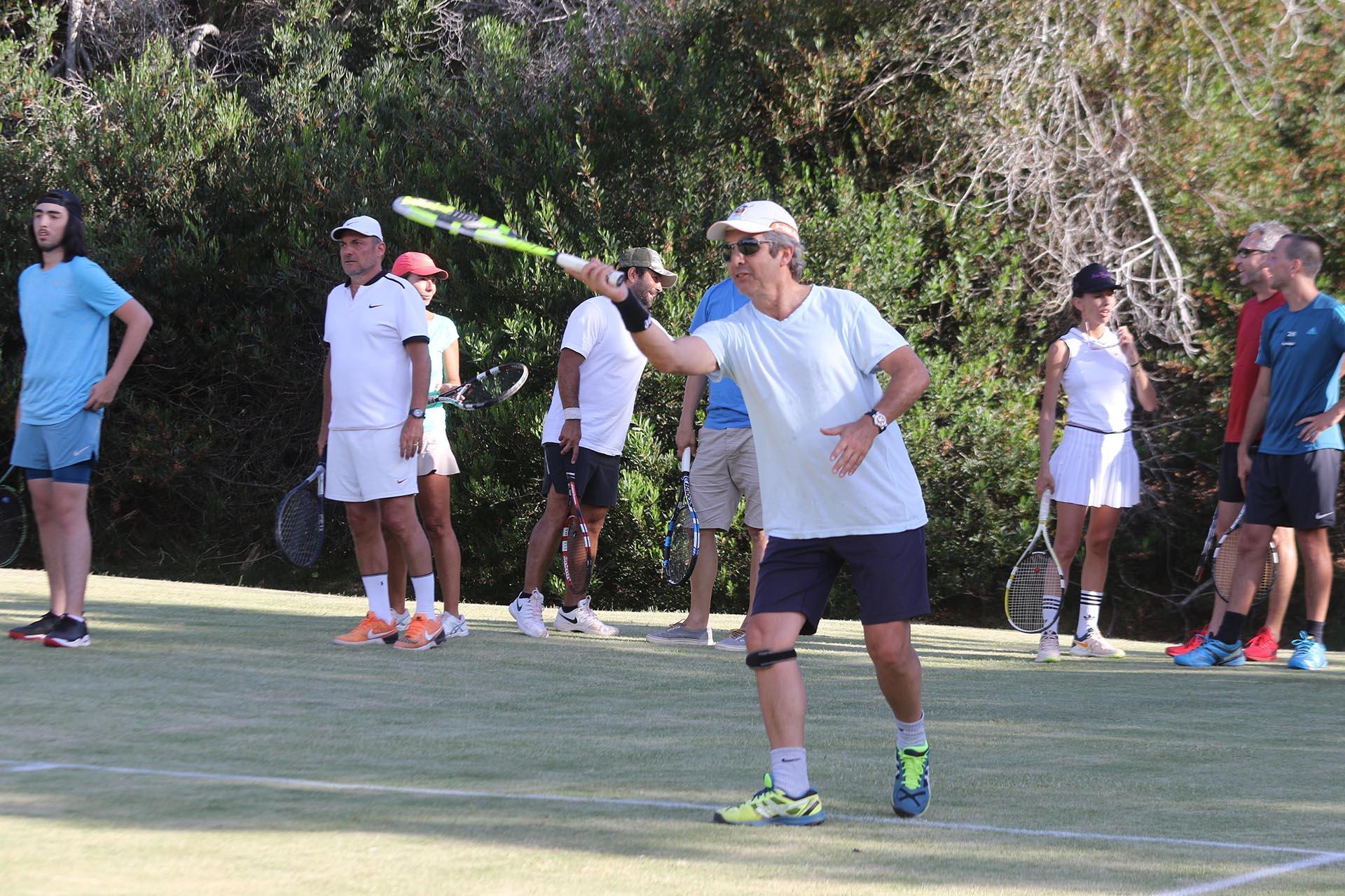 Ricardo Darín en pleno partido. Las Cárcavas presentó sus novedades para esta temporada con un torneo de tenis Pro Am