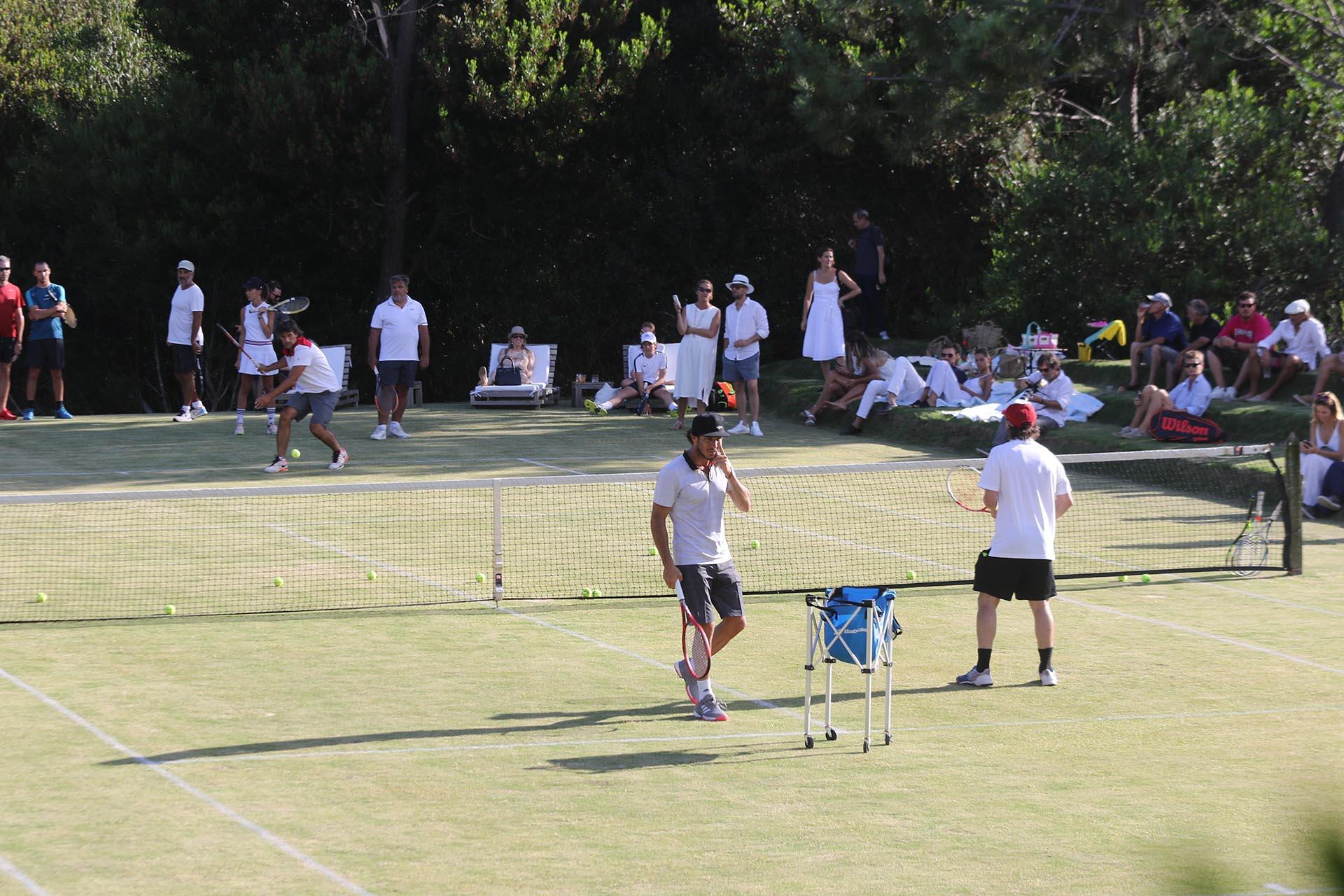 Las características del torneo permiten que jugadores profesionales compartan la cancha con amateurs
