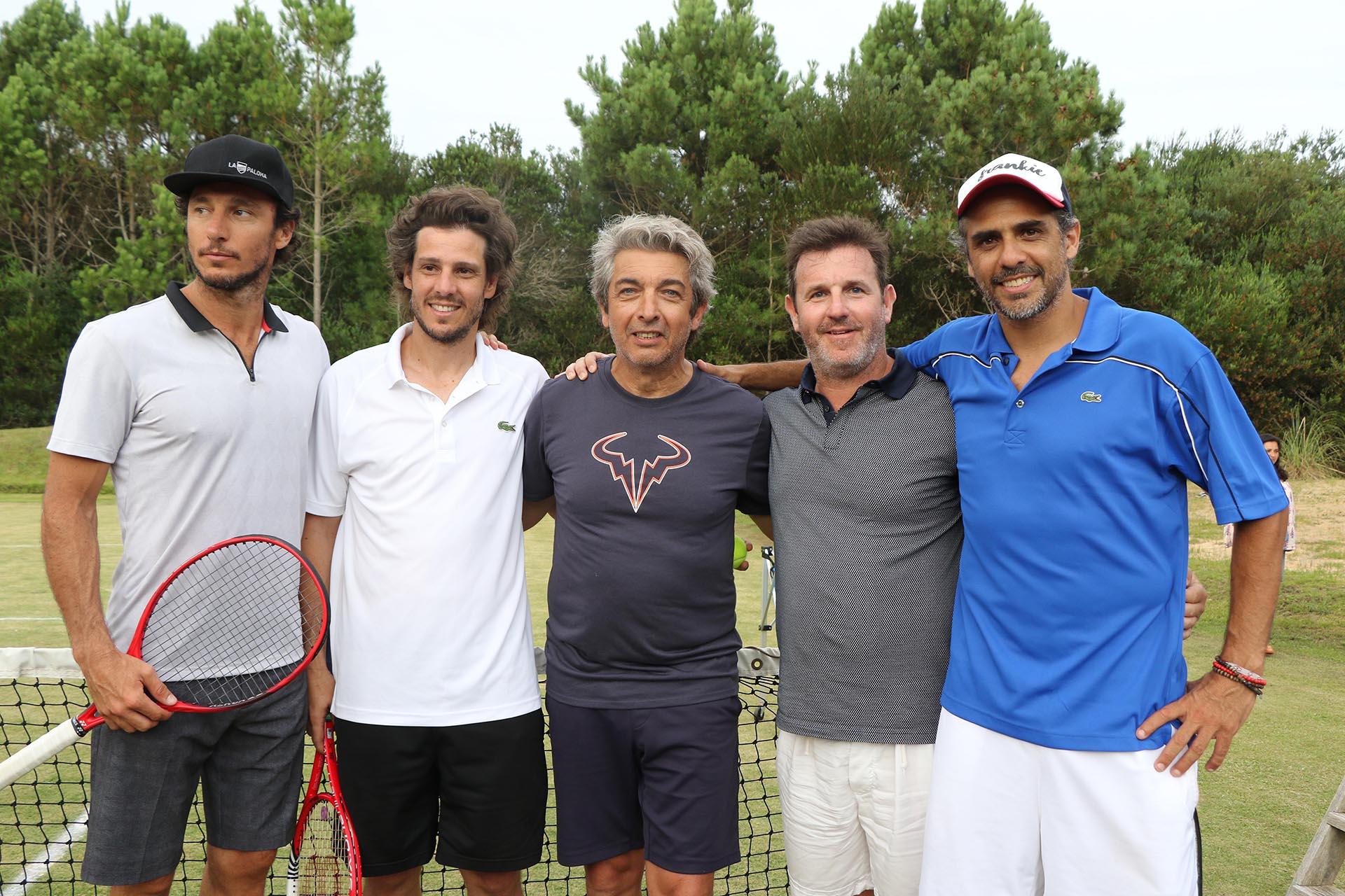 Gastón Marquevich junto a los tres ex tenistas y Ricardo Darín