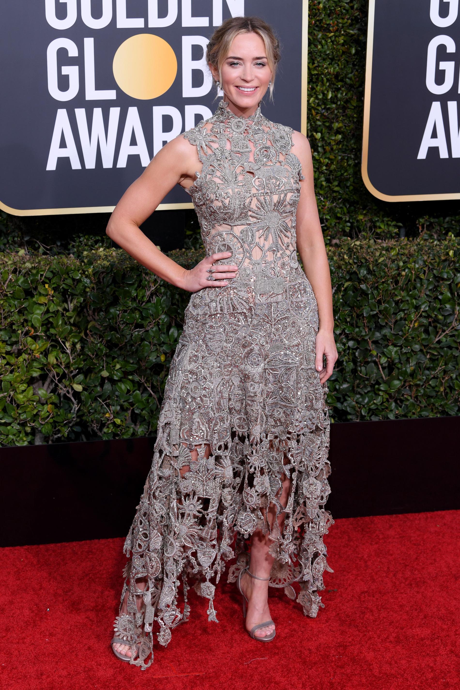 Emily Blunt, elegante, por Alexander McQueen. CREDITO: E! ENTERTAINMENT