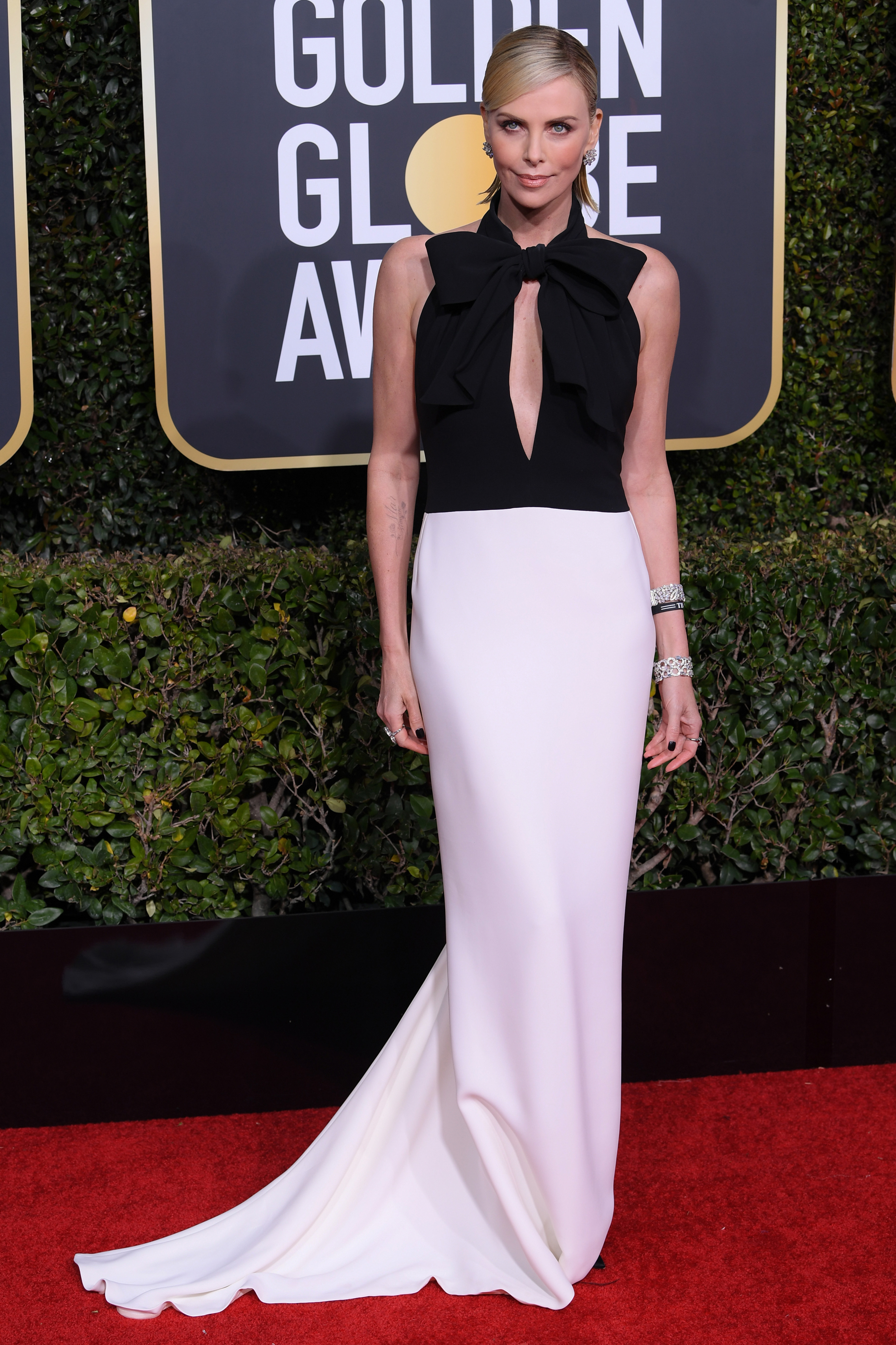 Charlize Theron en blanco y negro de Dior CREDITO: E! ENTERTAINMENT