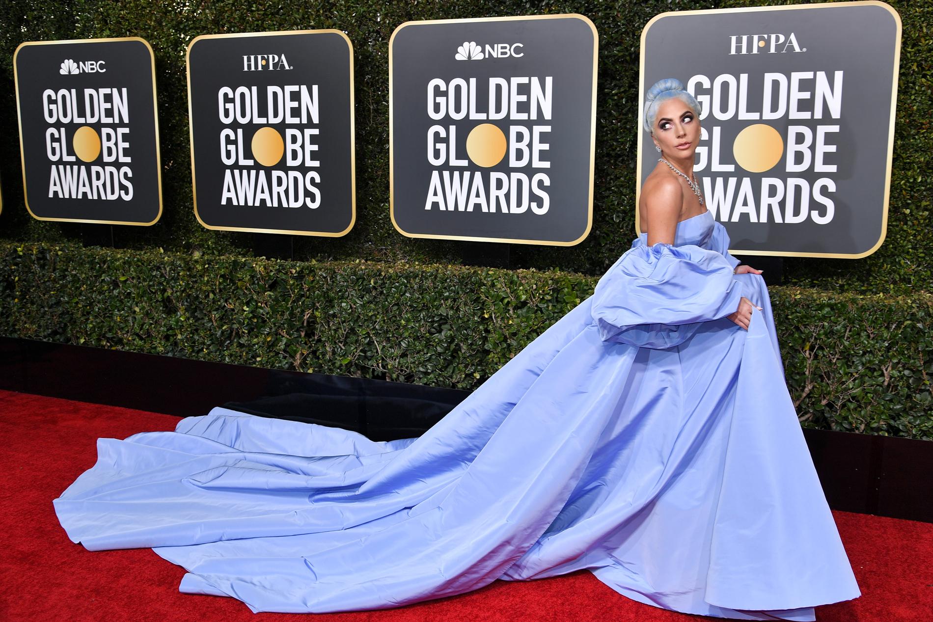 Lady Gaga espectacular con un diseño de alta costura signe Valentino y el pelo a tono. CREDITO: E! ENTERTAINMENT