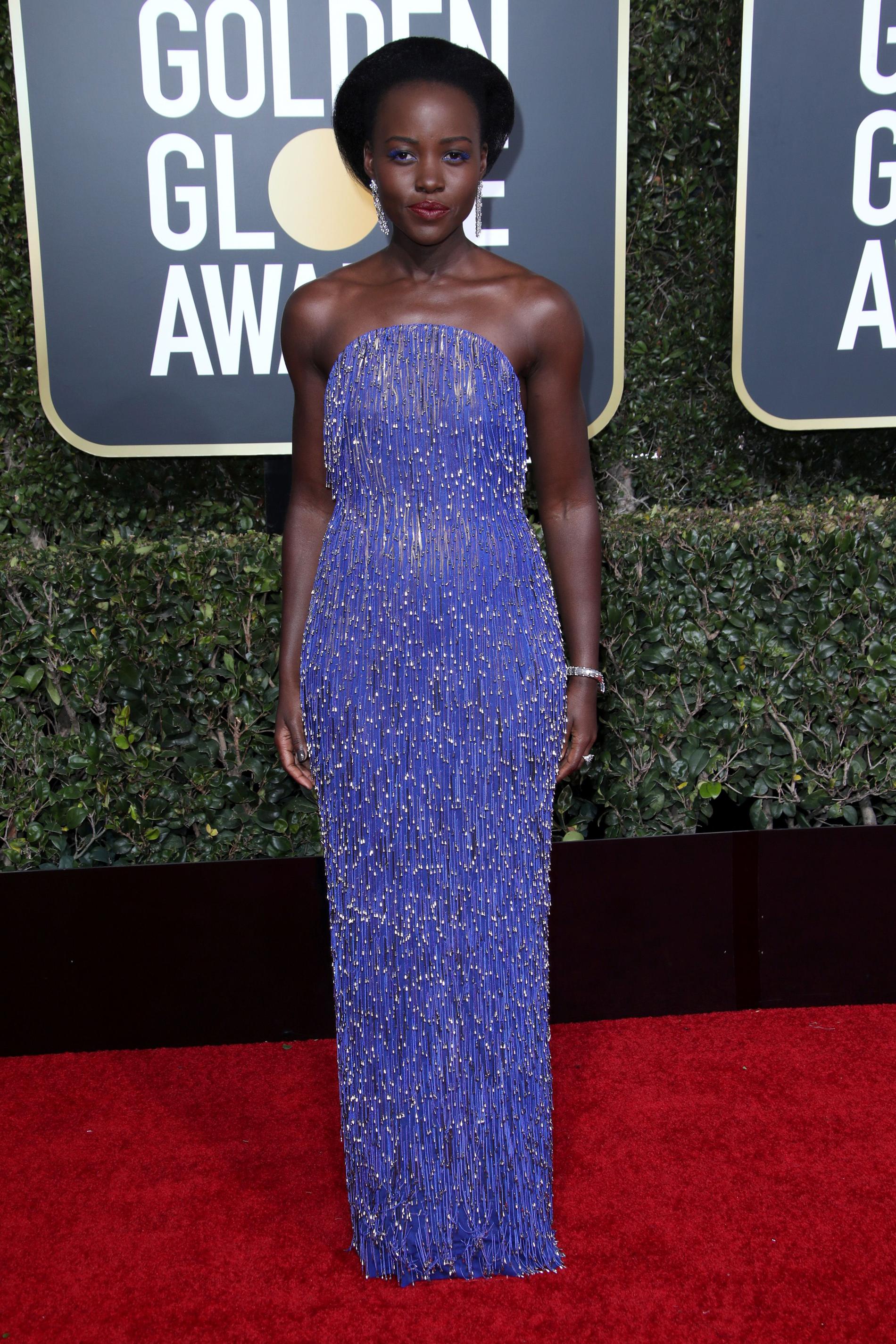 Lupita Nyong'o se lució con un vestido de Calvin Klein. CREDITO: E! ENTERTAINMENT
