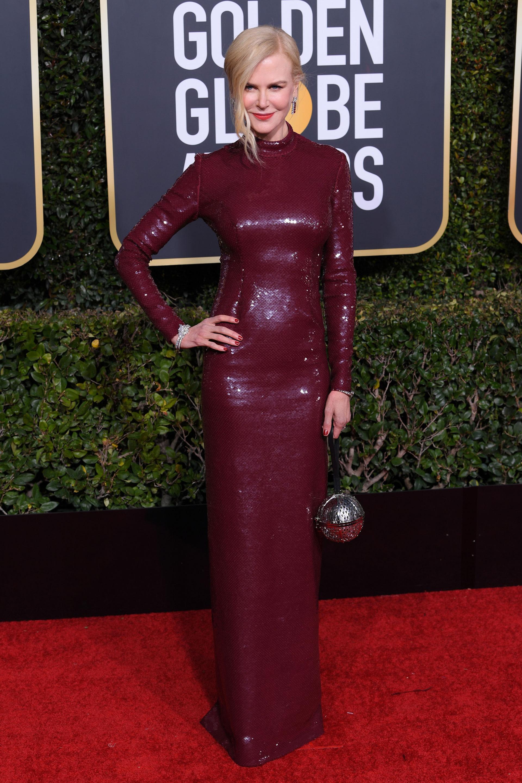 Nicole Kidman con vestido tubo íntegramente bordado en color borgoña de Michael Kors. CREDITO: E! ENTERTAINMENT
