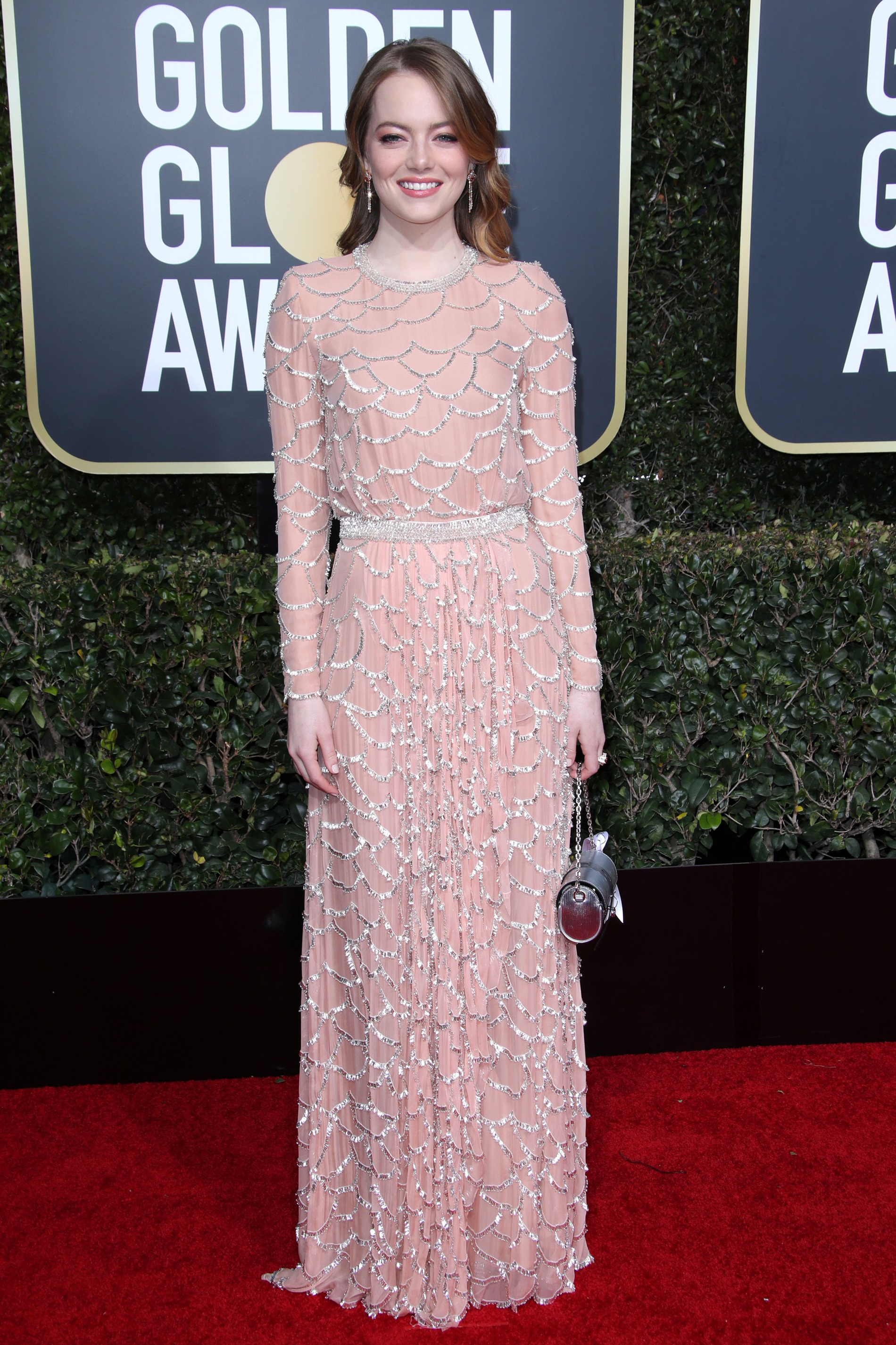 Emma Stone con vestido de crepe con ondas bordadas en lentejuelas de Louis Vuitton. CREDITO: E! ENTERTAINMENT