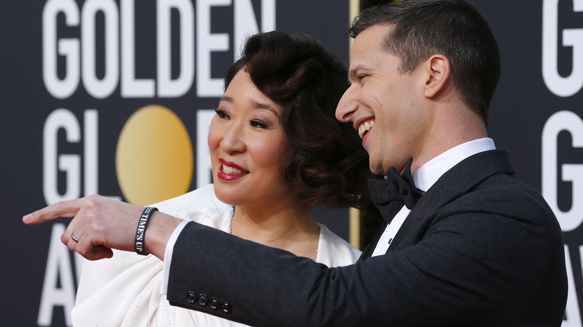 Sandra Ohy Andy Samberg, maestros de la 76a entrega de los Globos de Oro. REUTERS/Mike Blake