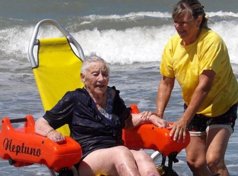 Una abuela de 103 años ingresa al mar con su silla anfibia