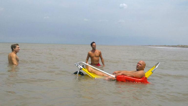 Gustavo en el mar con su silla anfibia