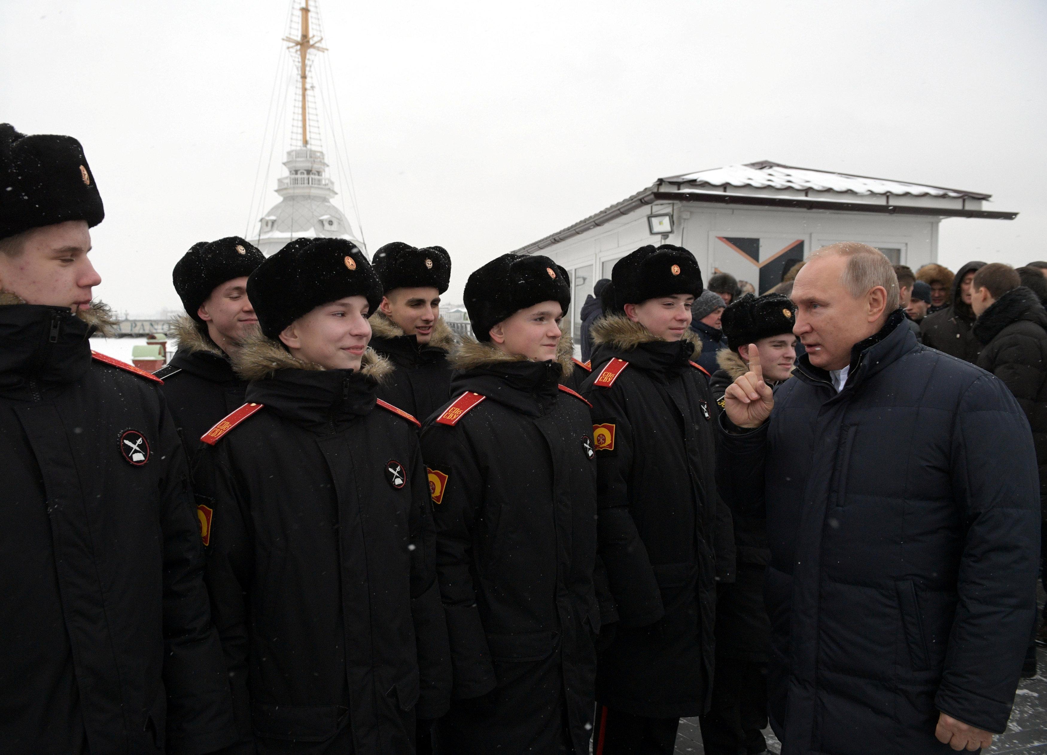 El mandatario saludó a cadetes de la escuela militar Suvorov (Reuters)