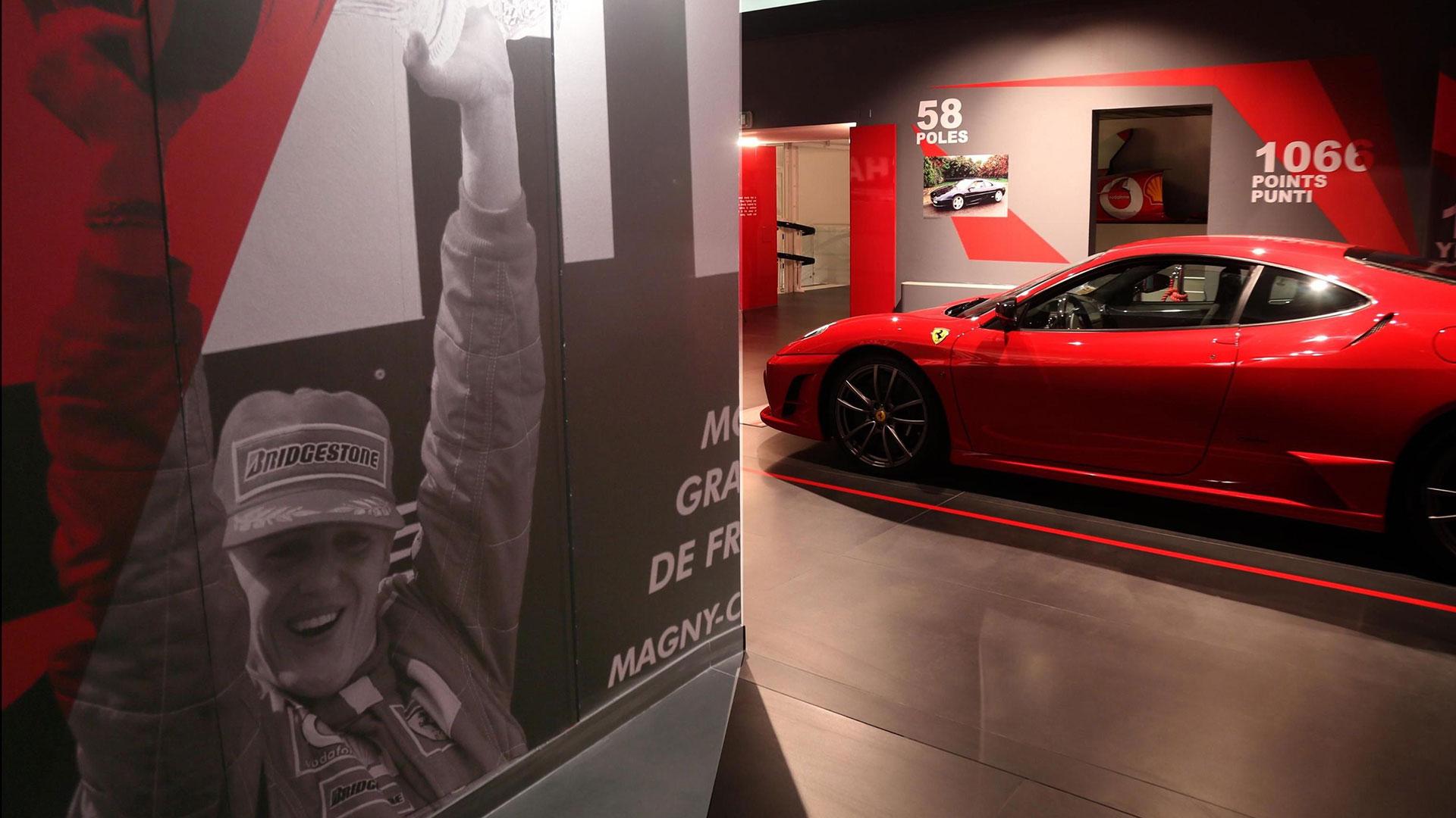La muestra también presente la cara menos conocida de Schumacher, la del desarrollador, ya que tras abandonar la Formula Uno permaneció en Ferrari para colaborar con la escudería