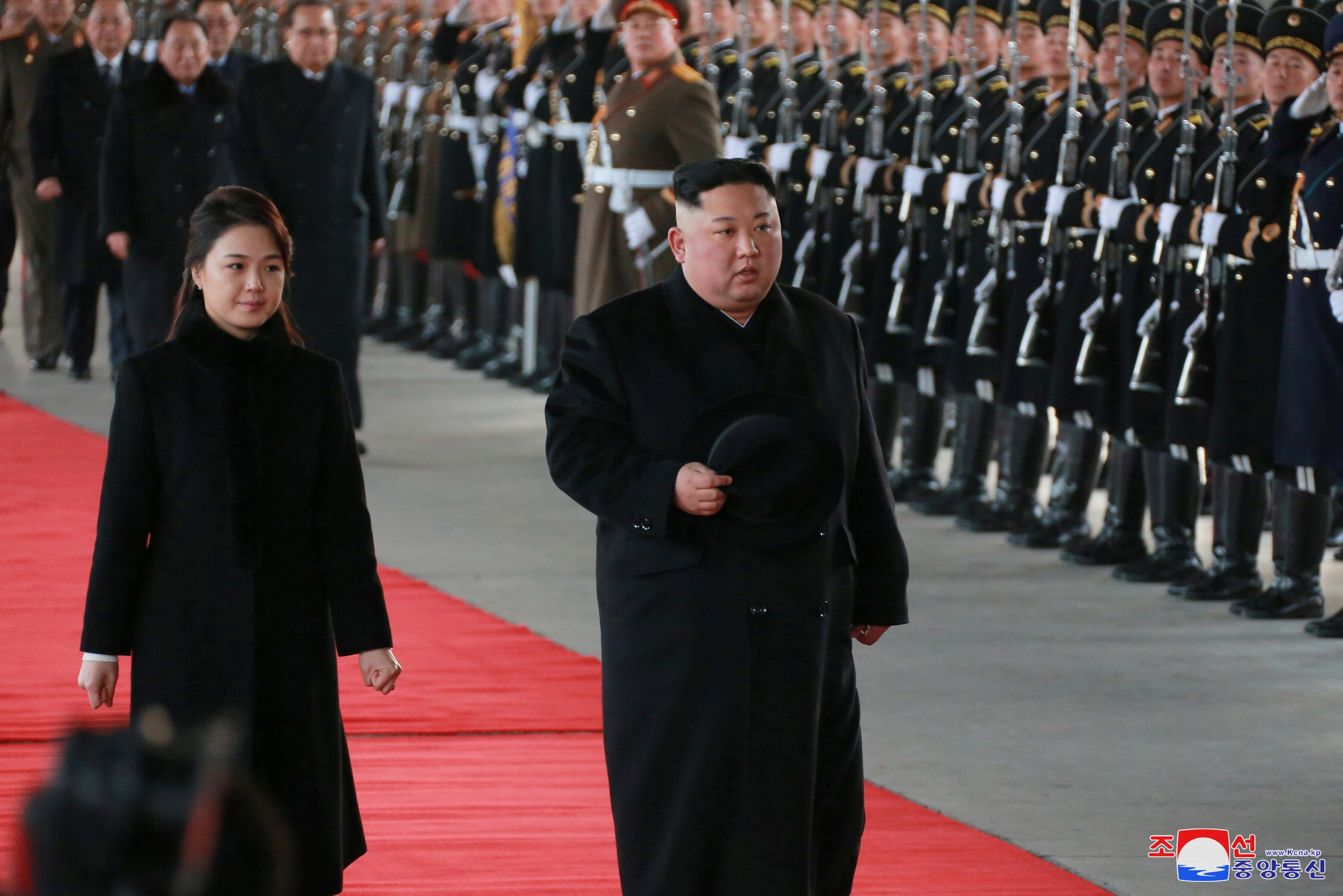 Kim Jong Un y su esposa Ri Sol Ju inspeccionan a las tropas norcoreanas antes de partir hacia China(Reuters)