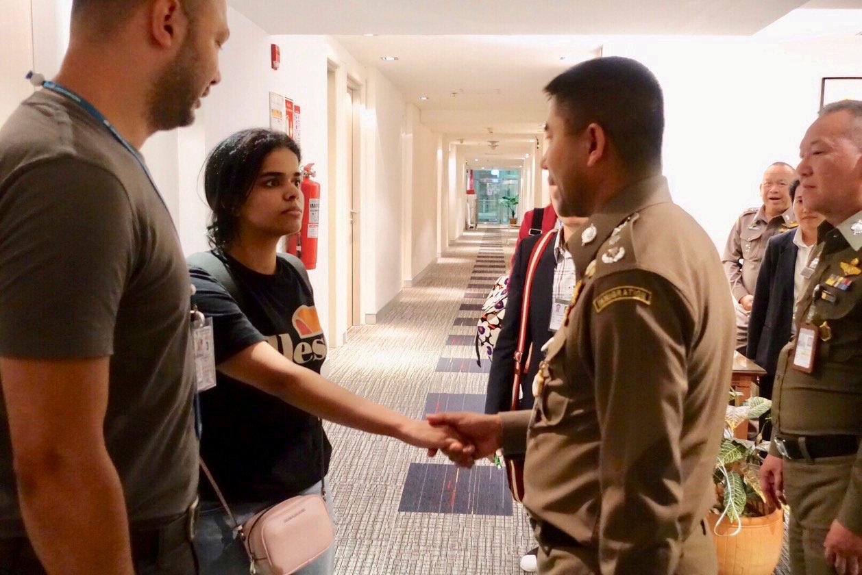 Rahaf Mohammed al-Qunun es recibida por las autoridades migratorias de Tailandia en el hotel en el que se refugió (Policía de Inmigración de Tailandia via REUTERS)