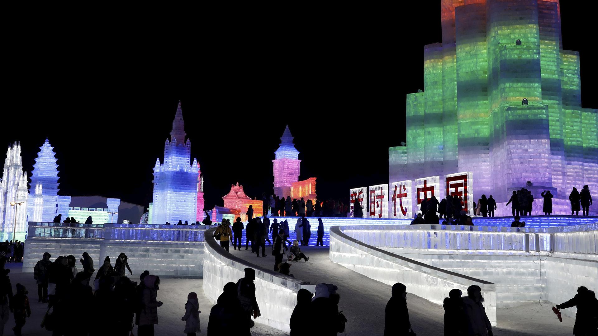 Esculturas de hielo iluminadas por luces de colores se ven en el festival anual de hielo de Harbin (Reuters)