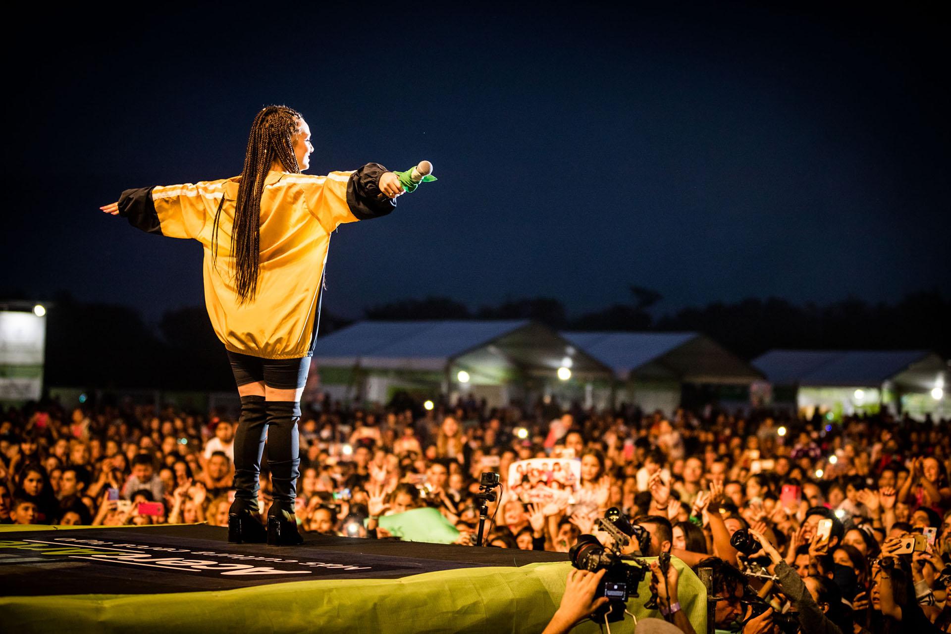 Ante una multitud, Torres lució muy a la moda y llevó puesto el pañuelo verde para marcar su posición en la lucha por la legalización del aborto