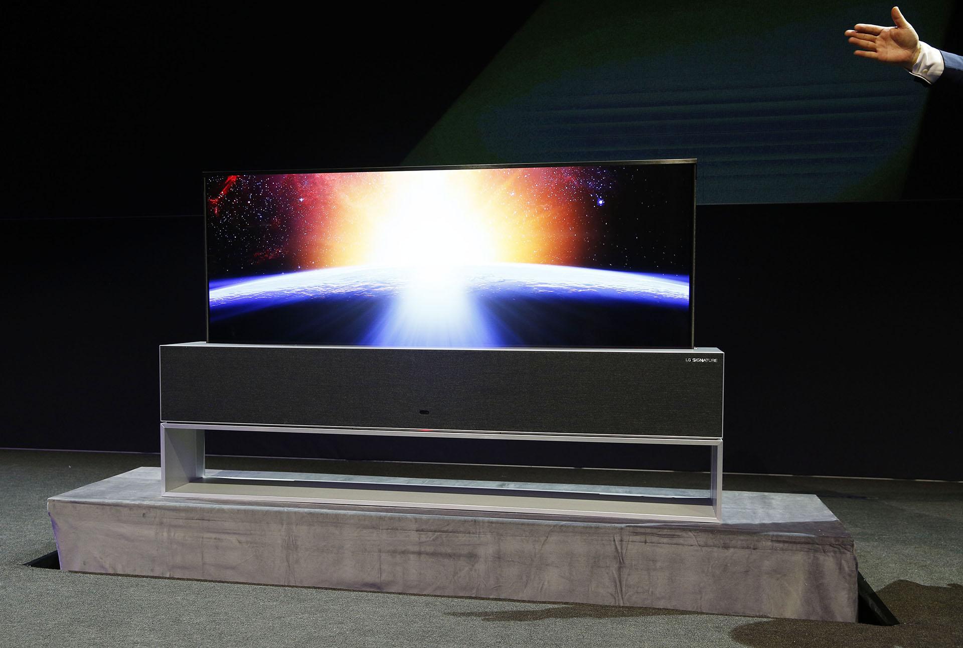 LG presentó su televisor enrollable, que ya había anticipado en la feria CES 2018 (AP)