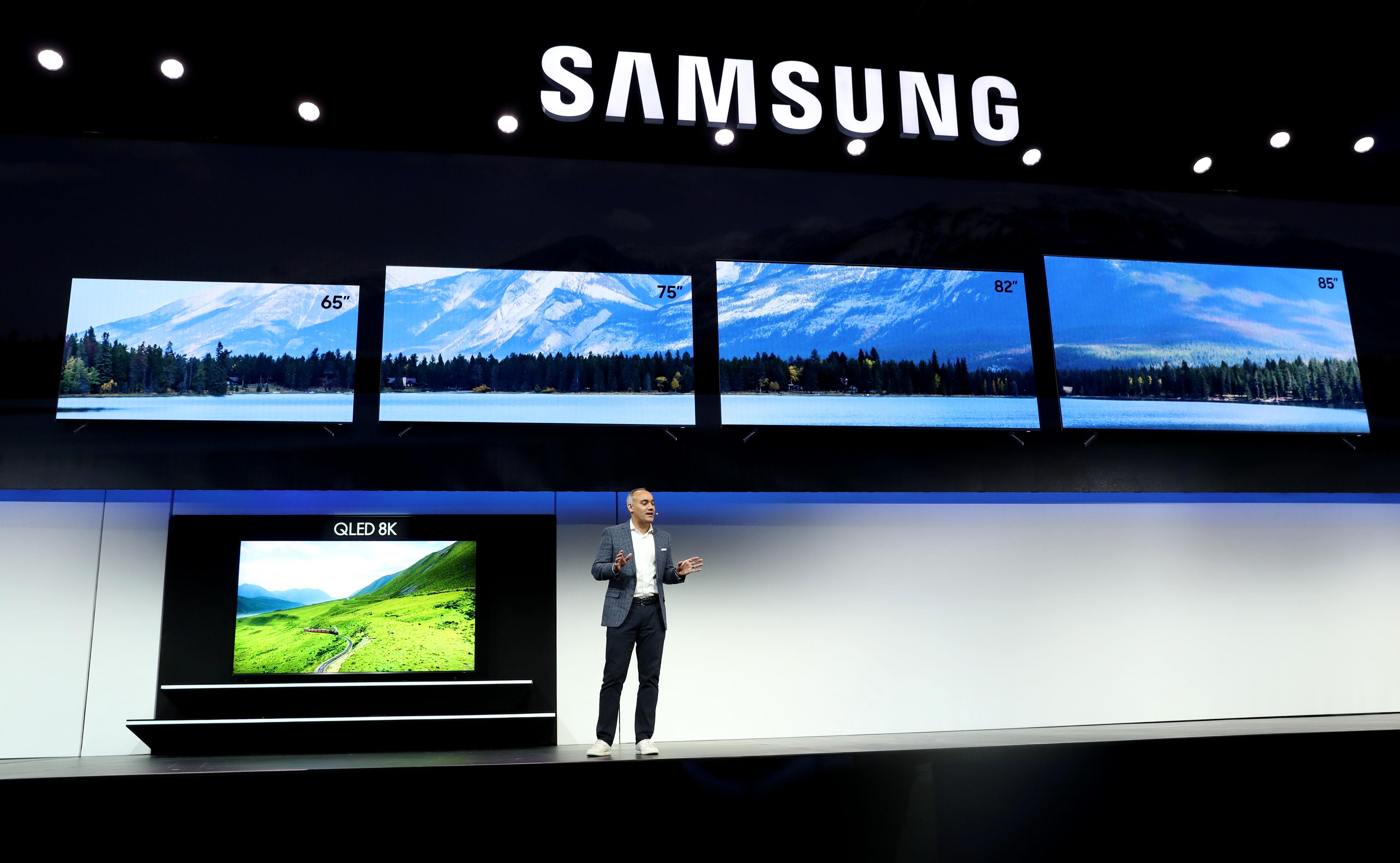 El vicepresidente senior de Samsung Electronics America, Dave Das, anuncia el nuevo televisor Samsung QLED 8K durante un evento de Samsung previo al CES 2019 en el Mandalay Bay Convention Center (AFP)