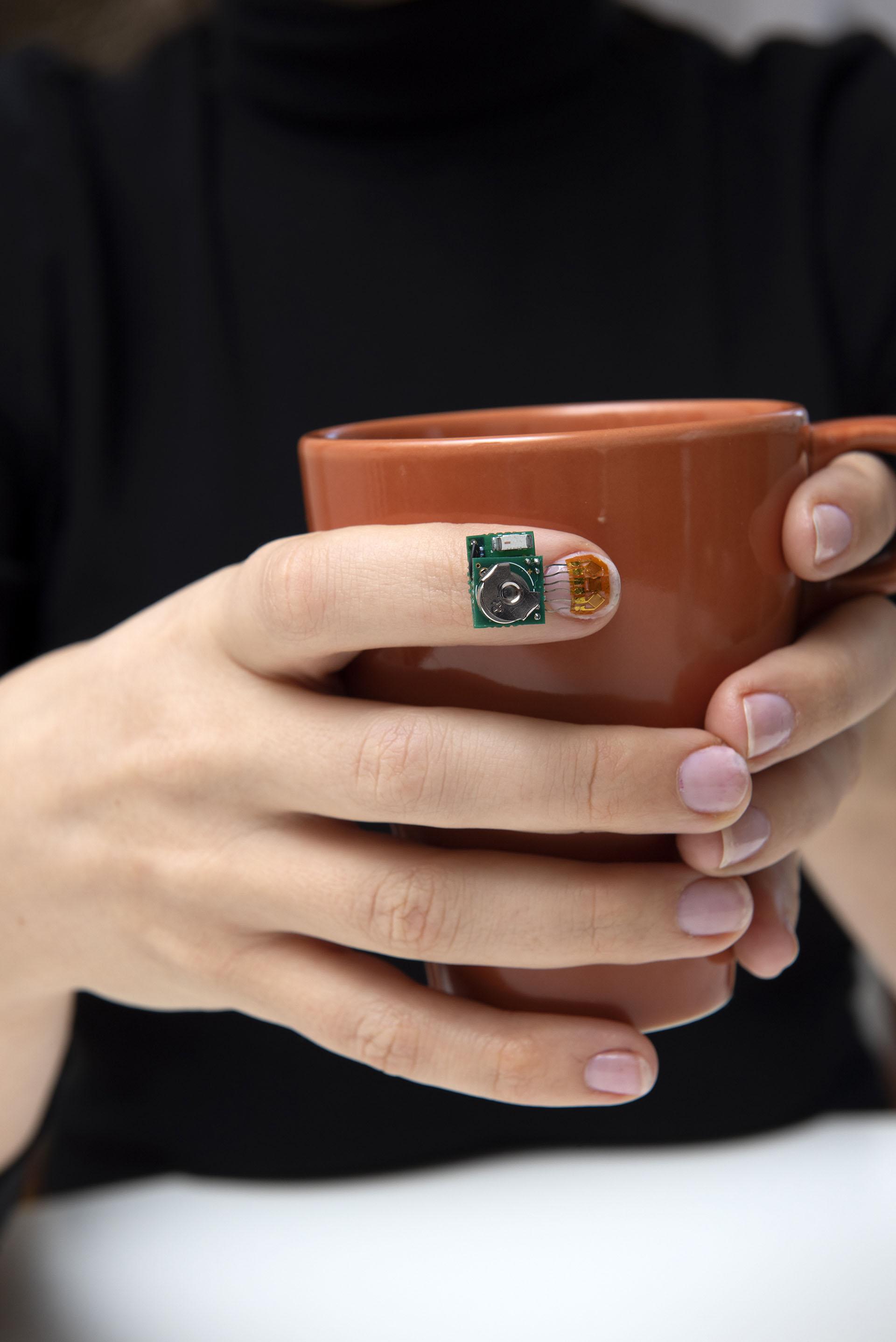 IBM dio a conocer un sensor para las uñas que monitorea los movimientos de la mano y apunta a ayudar a las investigaciones sobre el Parkinson.